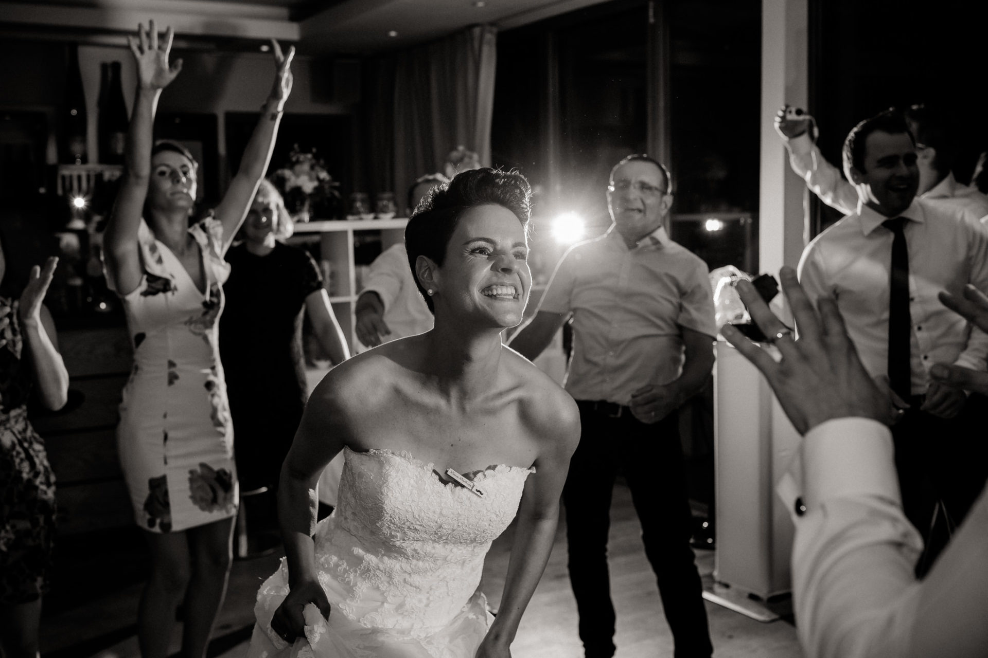 Weingut Fitz Ritter Hochzeitsfotograf-heiraten Pfalz-Sommerhochzeit Braut Tanz Party