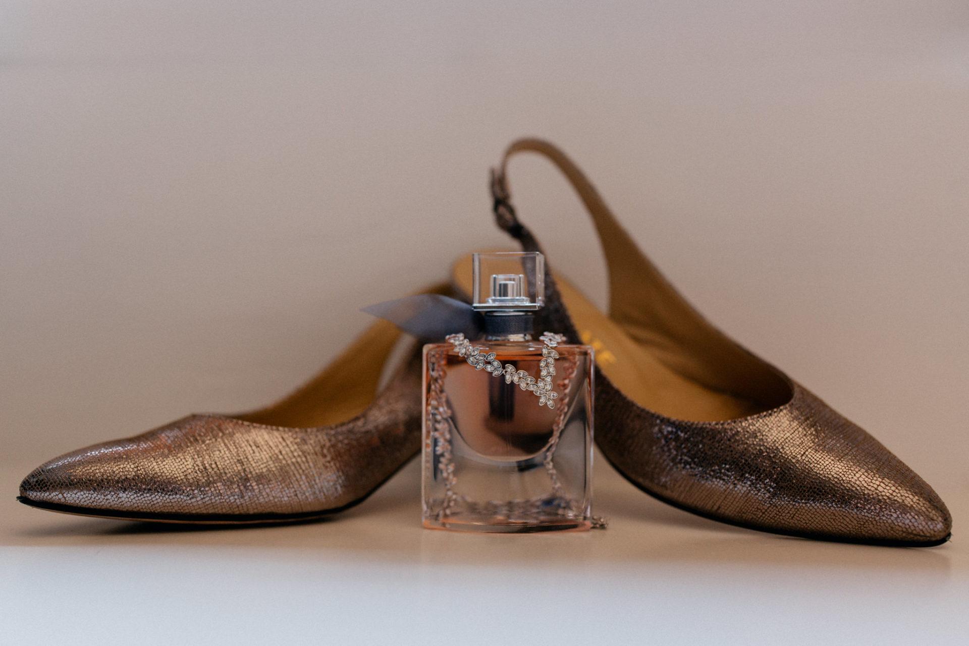 Weingut Fitz Ritter Hochzeitsfotograf-heiraten Pfalz-Sommerhochzeit Schuhe Parfum Details