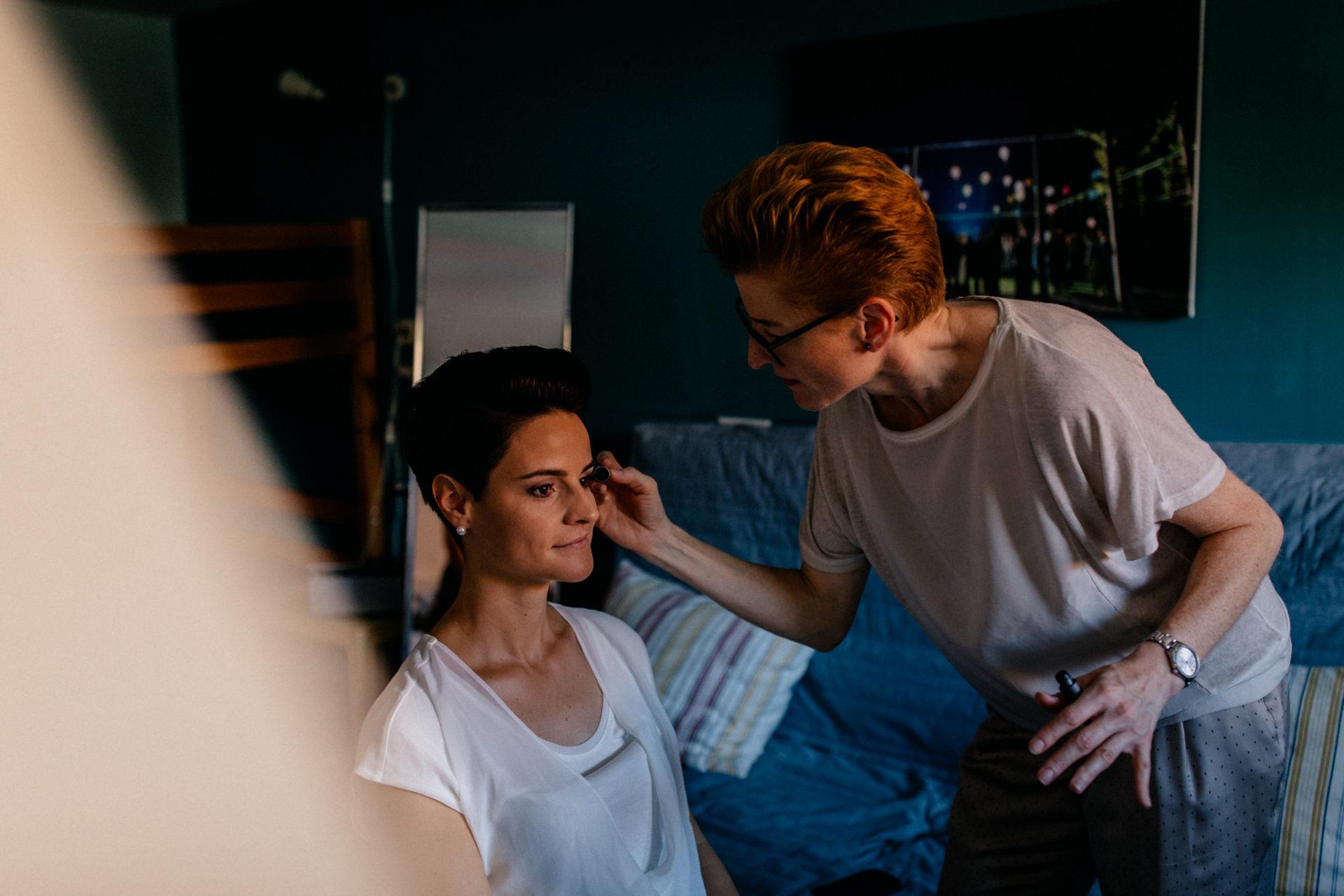 Weingut Fitz Ritter Hochzeitsfotograf-heiraten Pfalz-Sommerhochzeit Kosmetik Getting Ready Mary Kay Marion Peter