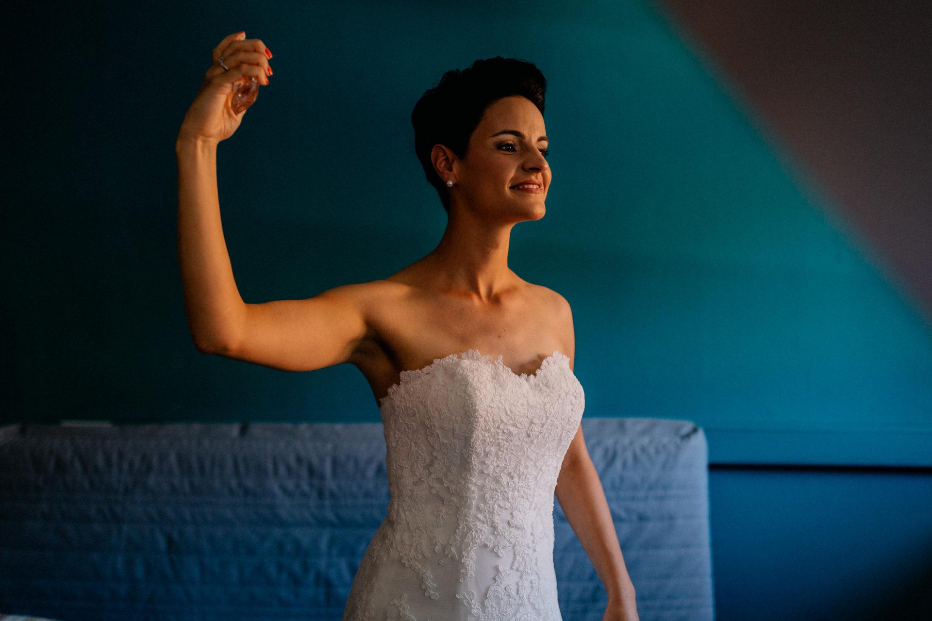 Weingut Fitz Ritter Hochzeitsfotograf-heiraten Pfalz-Sommerhochzeit Braut Getting Ready Parfum