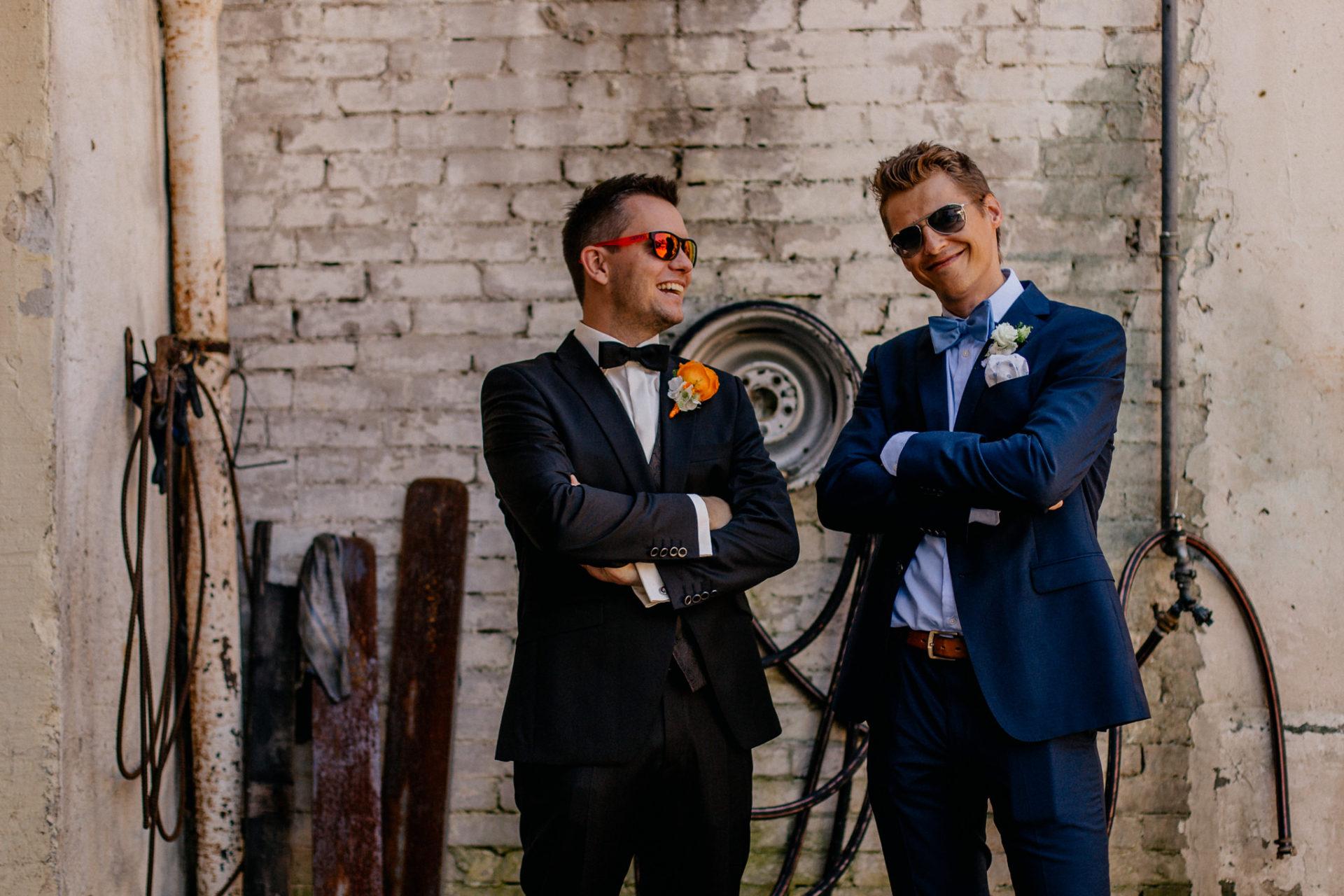 Weingut Fitz Ritter Hochzeitsfotograf-heiraten Pfalz-Sommerhochzeit Bräutigam und Trauzeuge Portrait