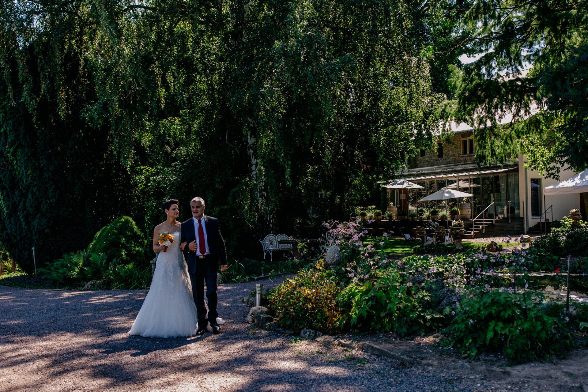 Weingut Fitz Ritter Hochzeitsfotograf-heiraten Pfalz-Sommerhochzeit Braut und Brautvater