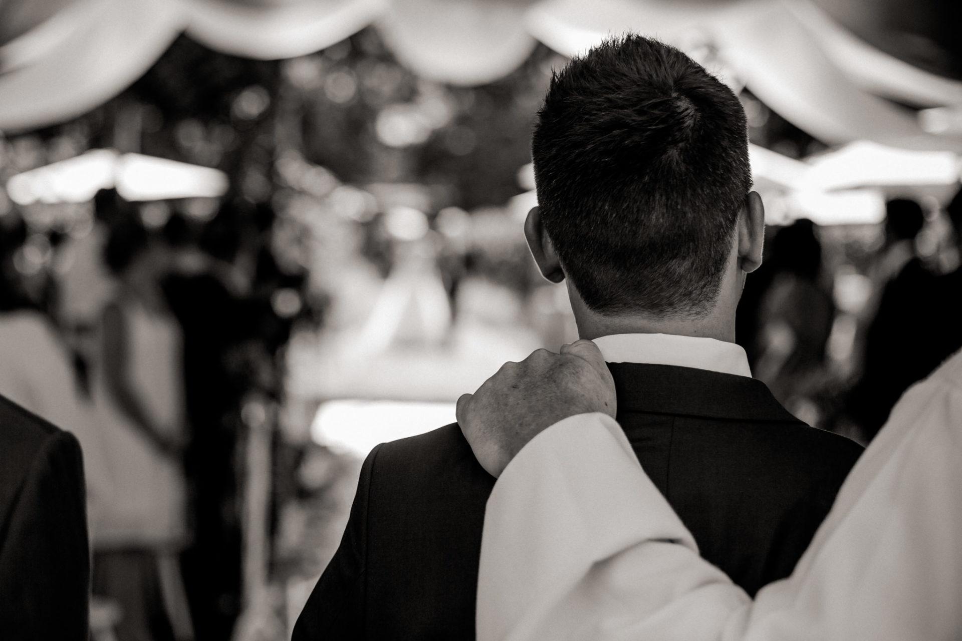Weingut Fitz Ritter Hochzeitsfotograf-heiraten Pfalz-Sommerhochzeit Bräutigam