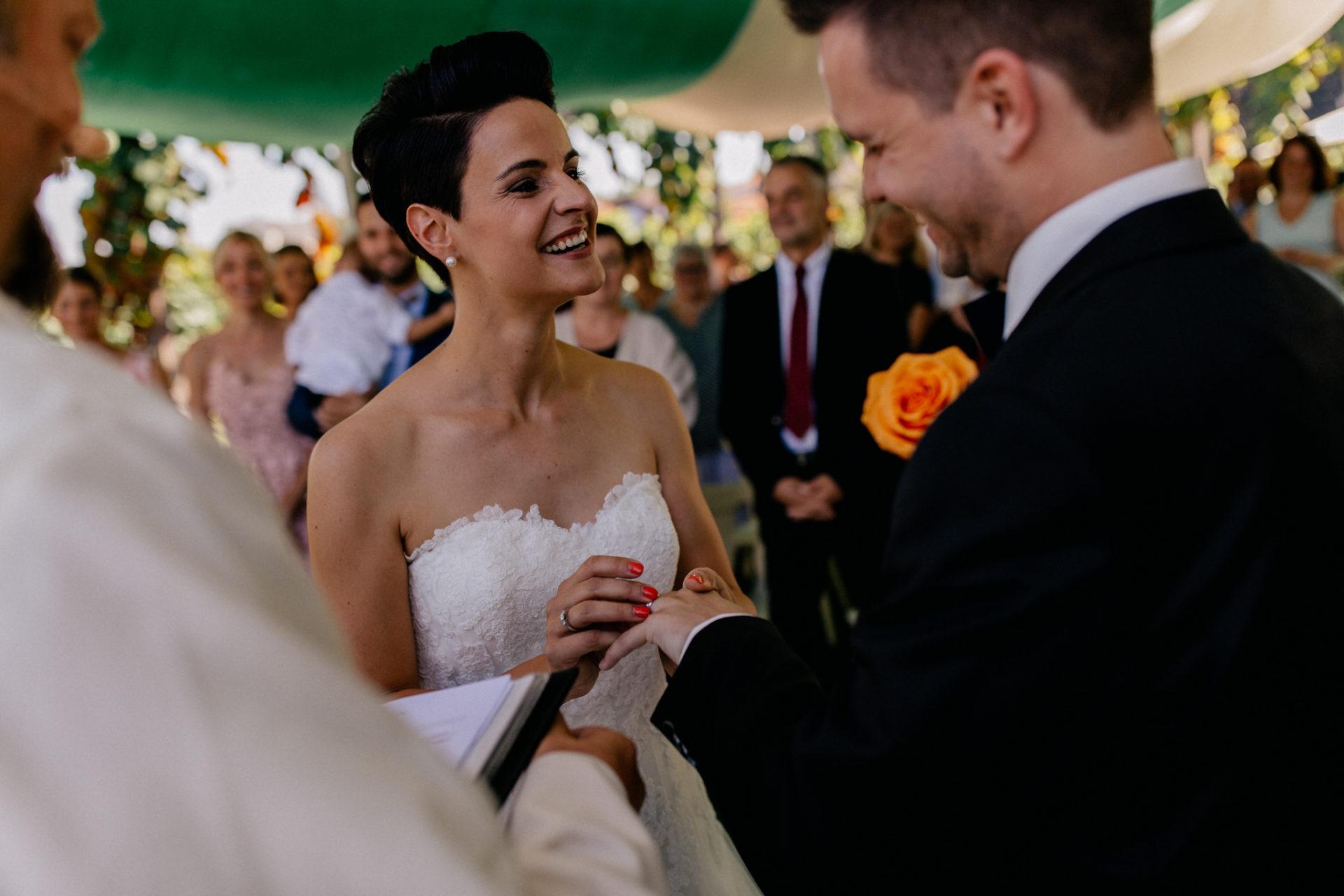 Weingut Fitz Ritter Hochzeitsfotograf-heiraten Pfalz-Sommerhochzeit Freie Trauung Ringübergabe