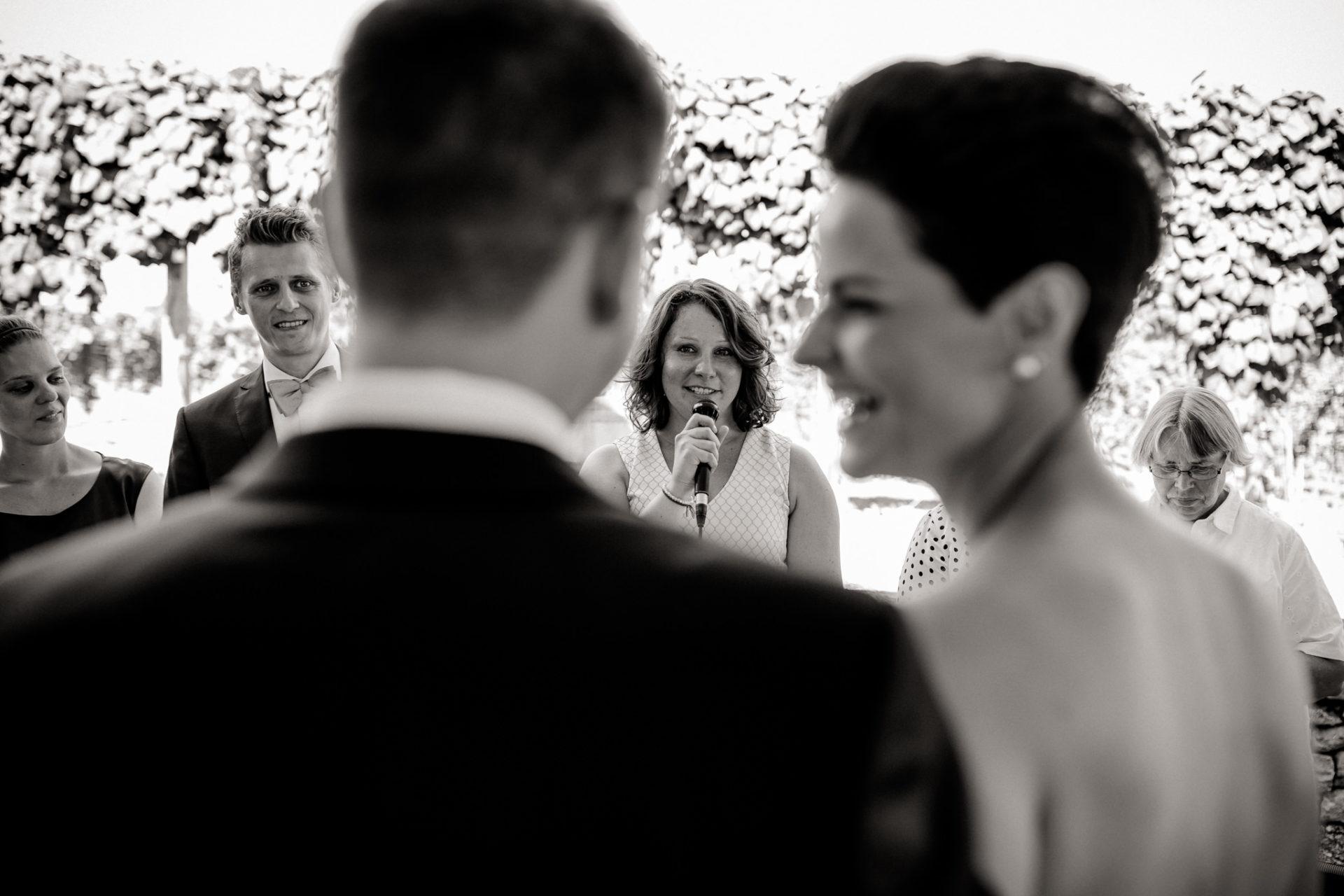 Weingut Fitz Ritter Hochzeitsfotograf-heiraten Pfalz-Sommerhochzeit Freie Trauung Ansprache