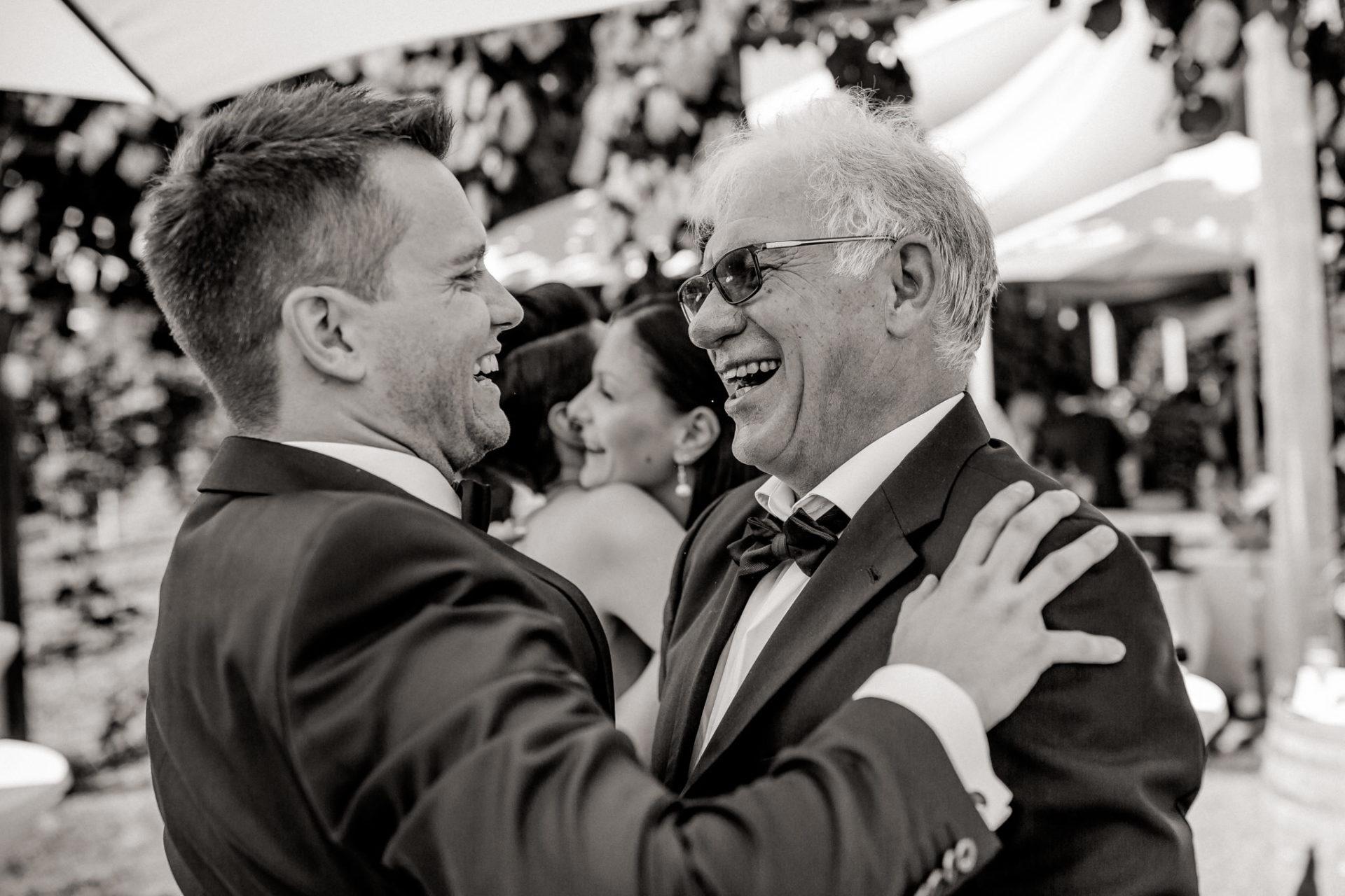 Weingut Fitz Ritter Hochzeitsfotograf-heiraten Pfalz-Sommerhochzeit Bräutigam und Vater