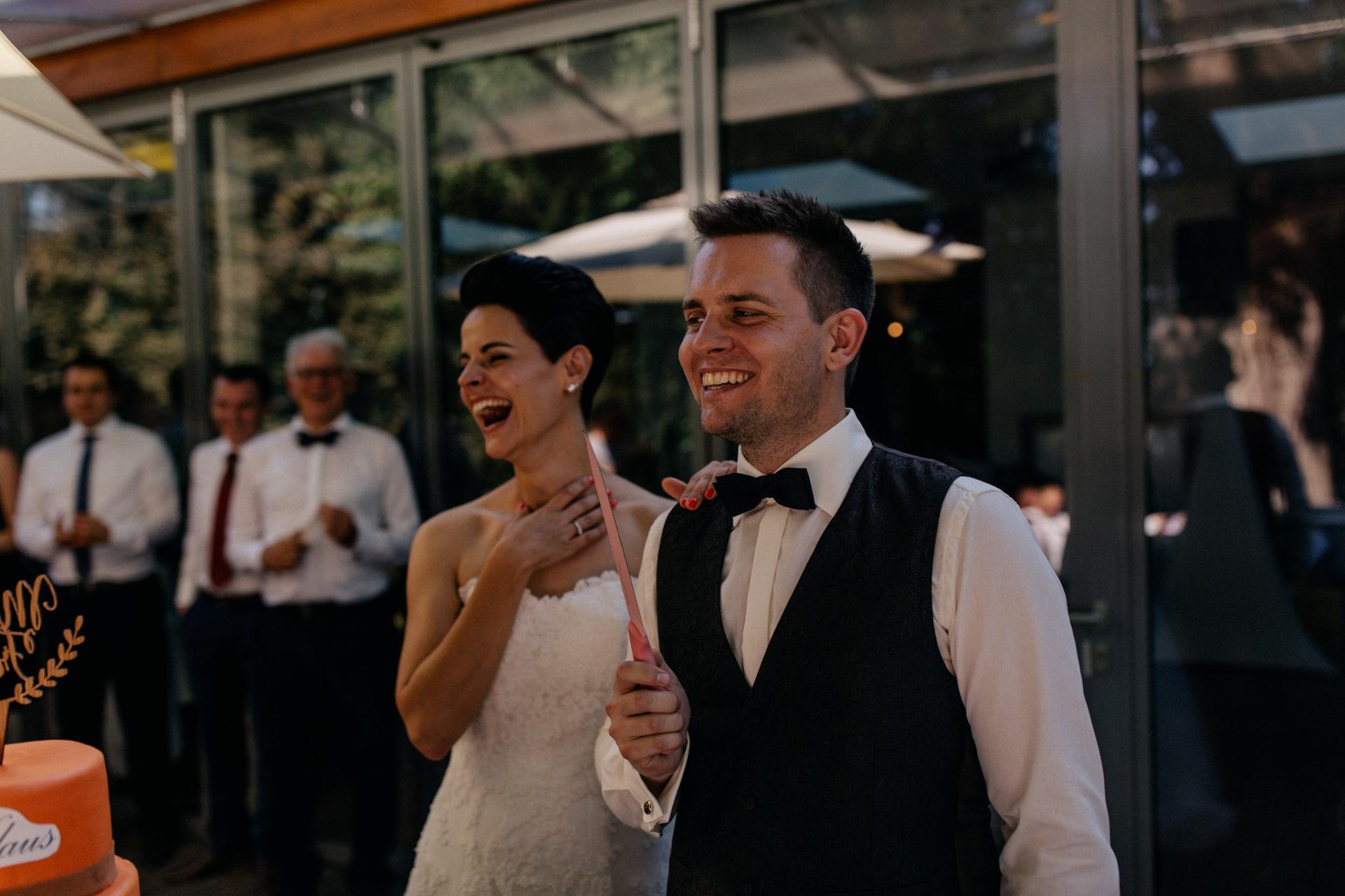 Weingut Fitz Ritter Hochzeitsfotograf-heiraten Pfalz-Sommerhochzeit Brautpaar Hochzeitstorte