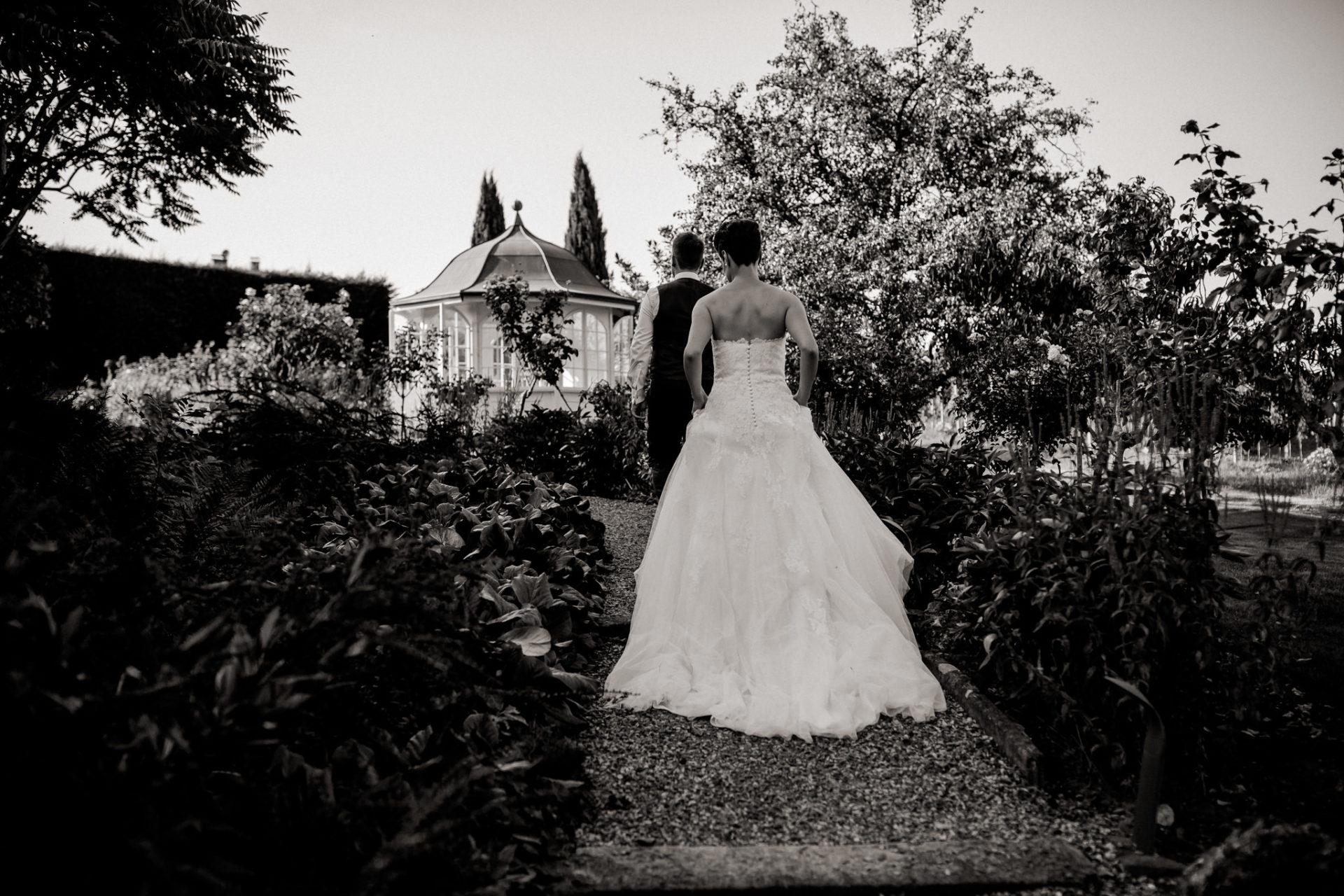 Weingut Fitz Ritter Hochzeitsfotograf-heiraten Pfalz-Sommerhochzeit Braut Kleid Schleppe