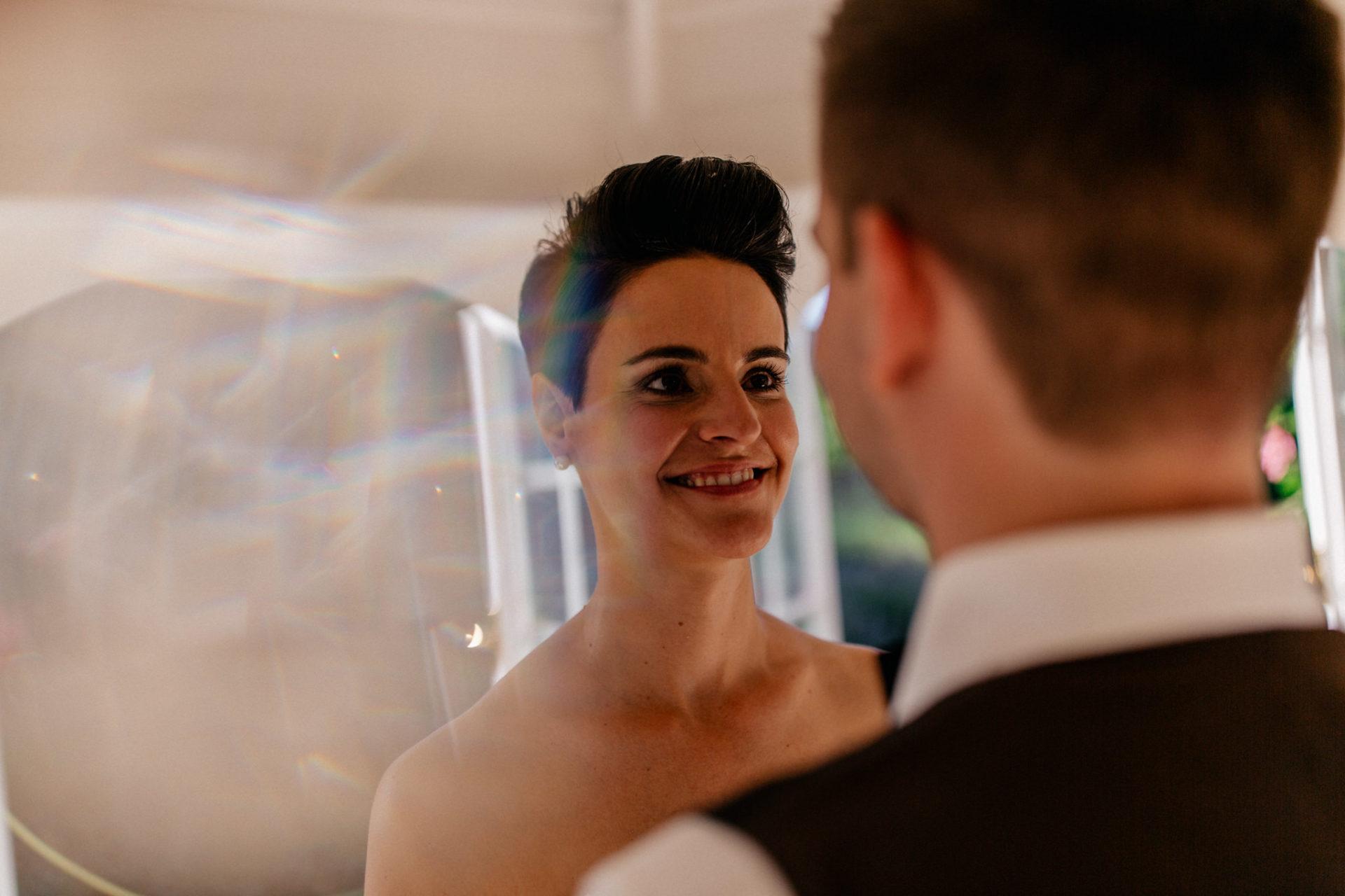 Weingut Fitz Ritter Hochzeitsfotograf-heiraten Pfalz-Sommerhochzeit Braut und Bräutigam Pavilion