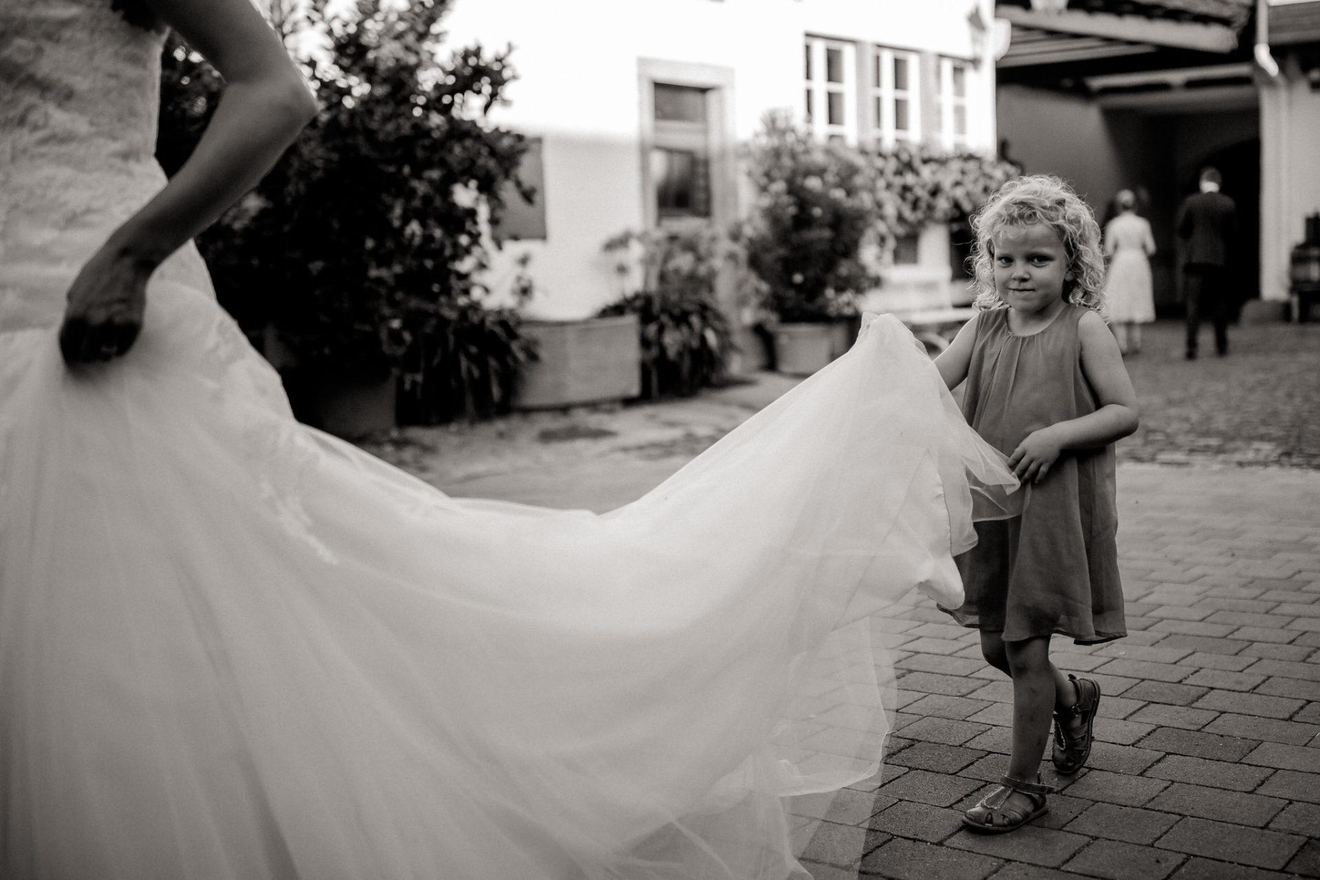 Weingut Fitz Ritter Hochzeitsfotograf-heiraten Pfalz-Sommerhochzeit Brautkleid Kind