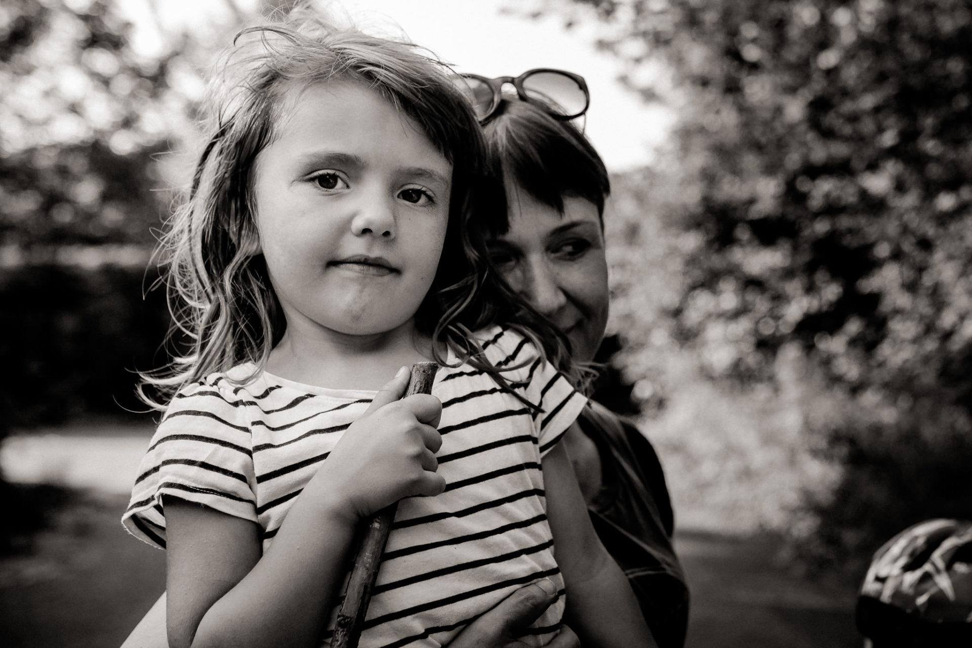 ungestellte emotionale kreative familienbilder-familienfotograf mainz stuttgart-großfamilie Ausflug im Wald-schwangerschaft-babybauch shooting-familienbilder karlsruhe