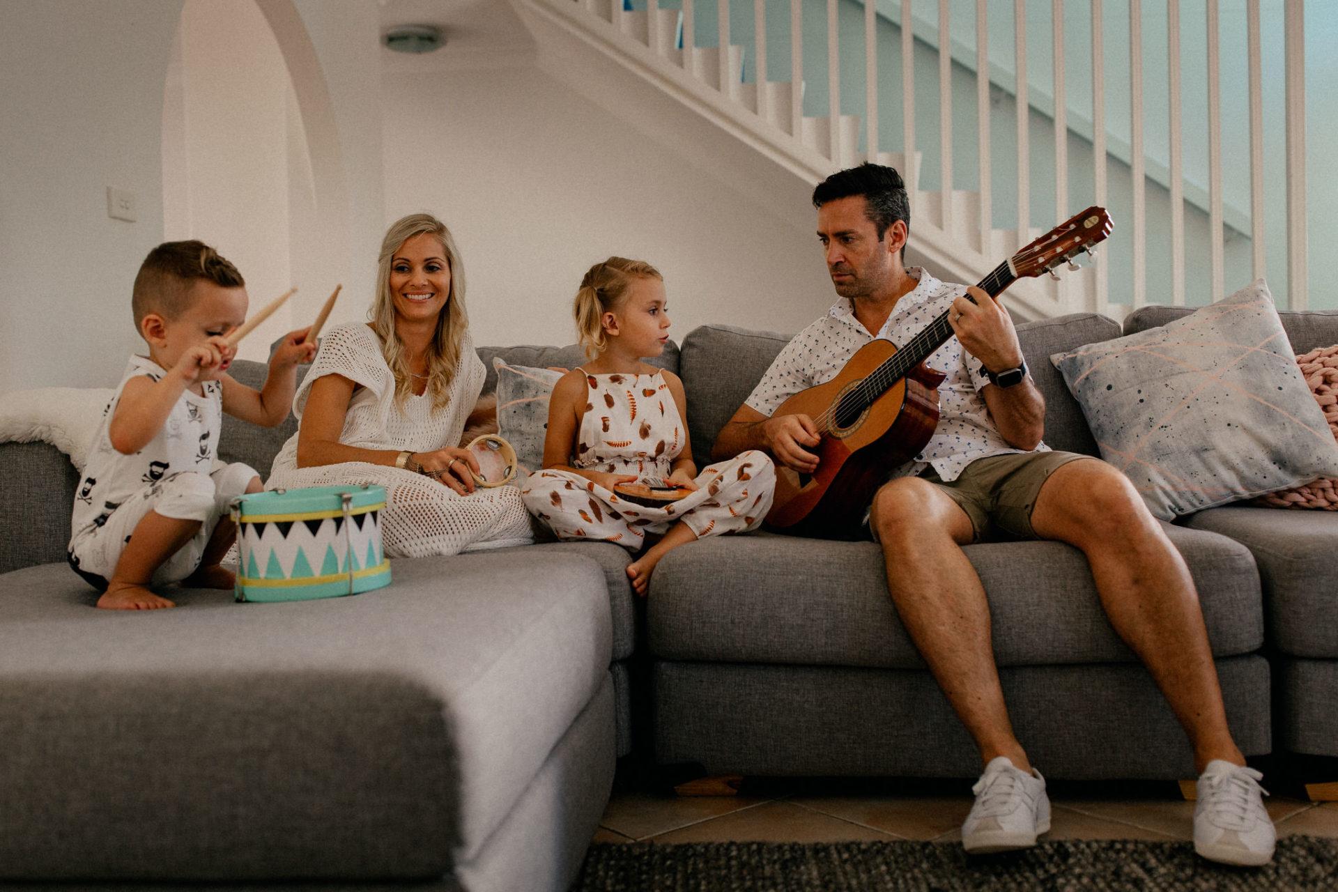 Homestory mit Kindern-Familien Fotograf Stuttgart-australien mit kindern-hippe jumpsuits für kinder-oovy fashion-sydney Familien session-bruder schwester beziehung kleinkinder