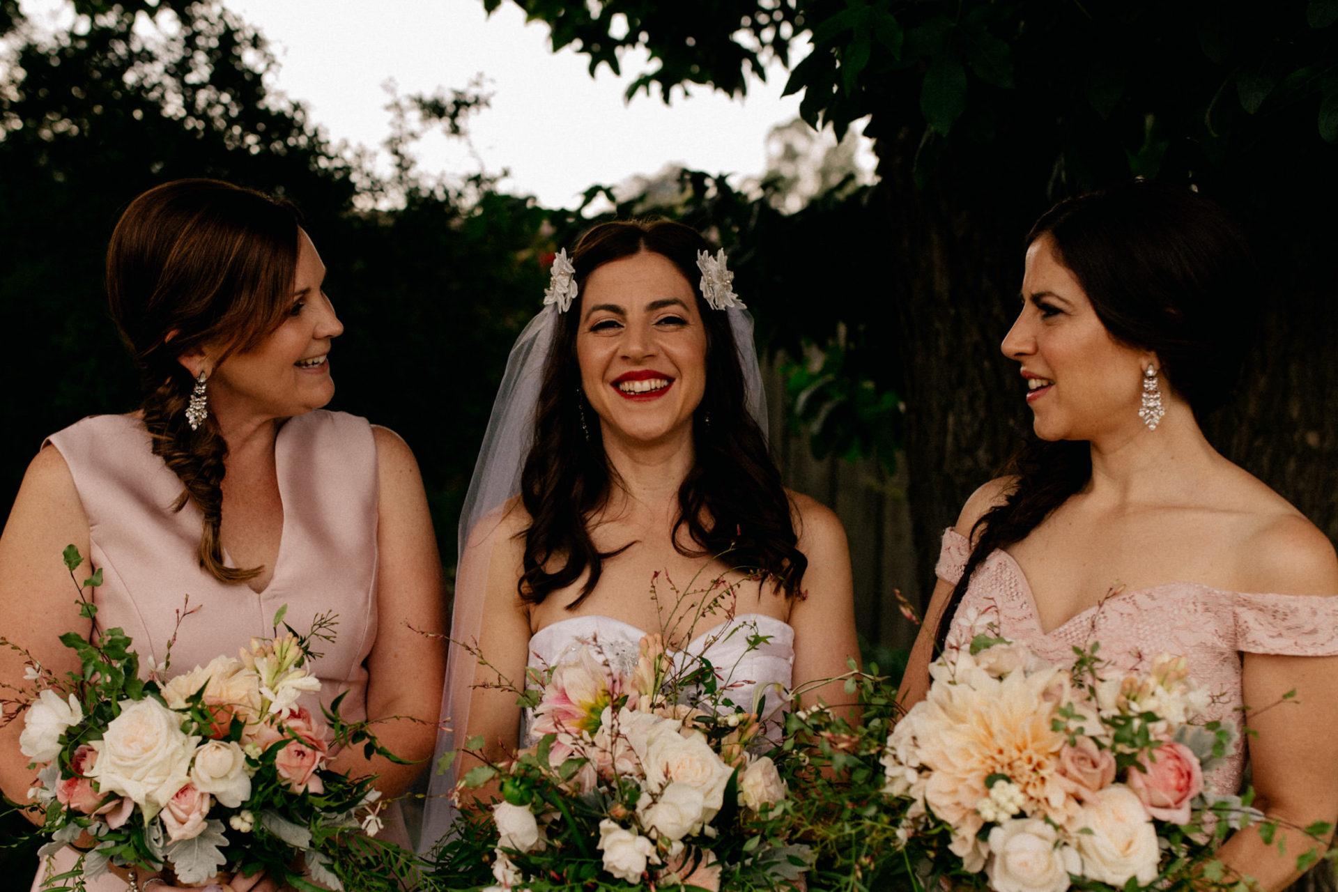 Hochzeitsfotograf Australien Melbourne-DIY Gartenhochzeit-Brautportrait am Strand-Brautstrauß-Brautjungfern