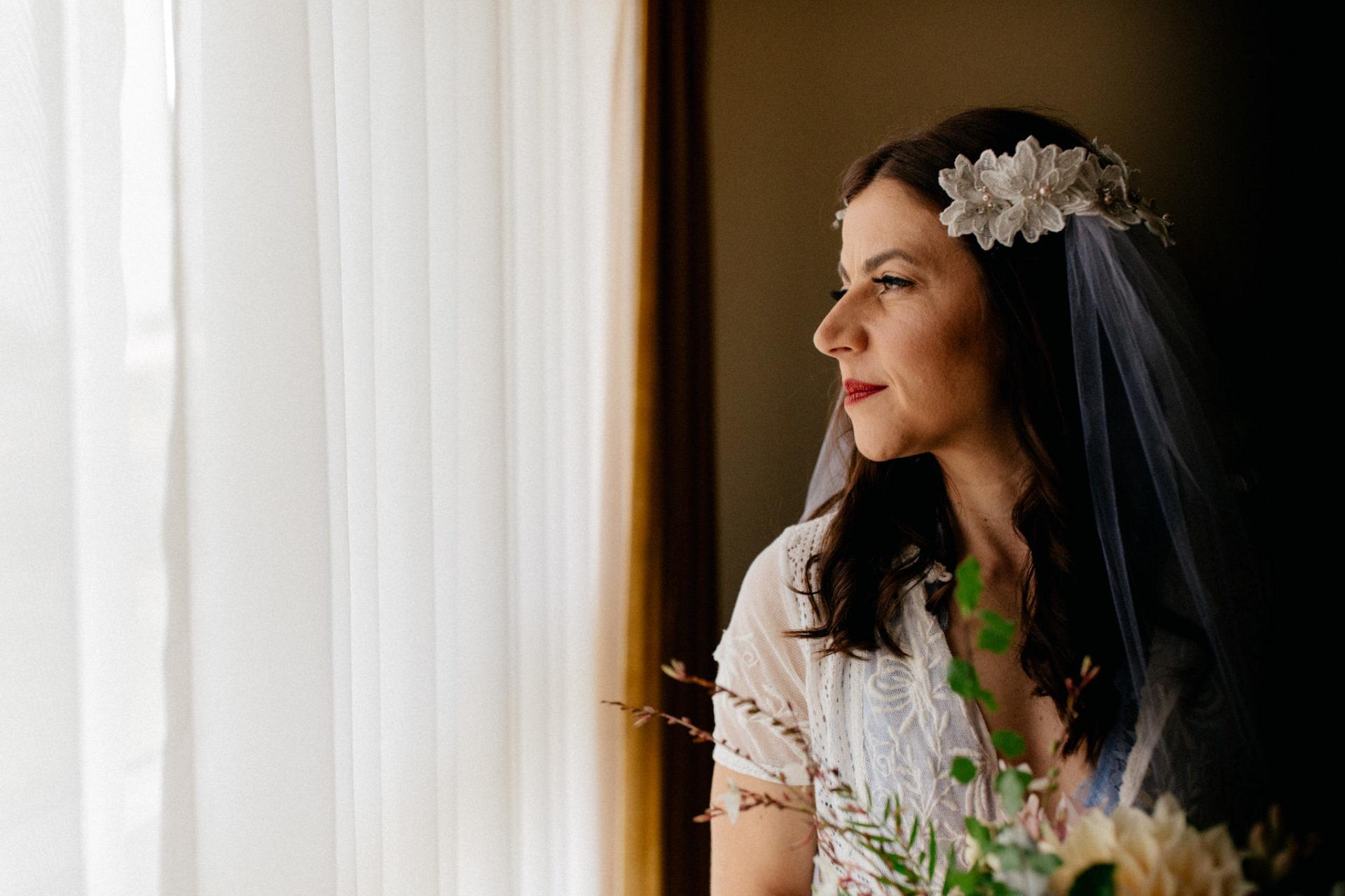 Hochzeitsfotograf Australien Melbourne-DIY Gartenhochzeit-Brautportrait am Strand-Brautstrauß-Getting Ready