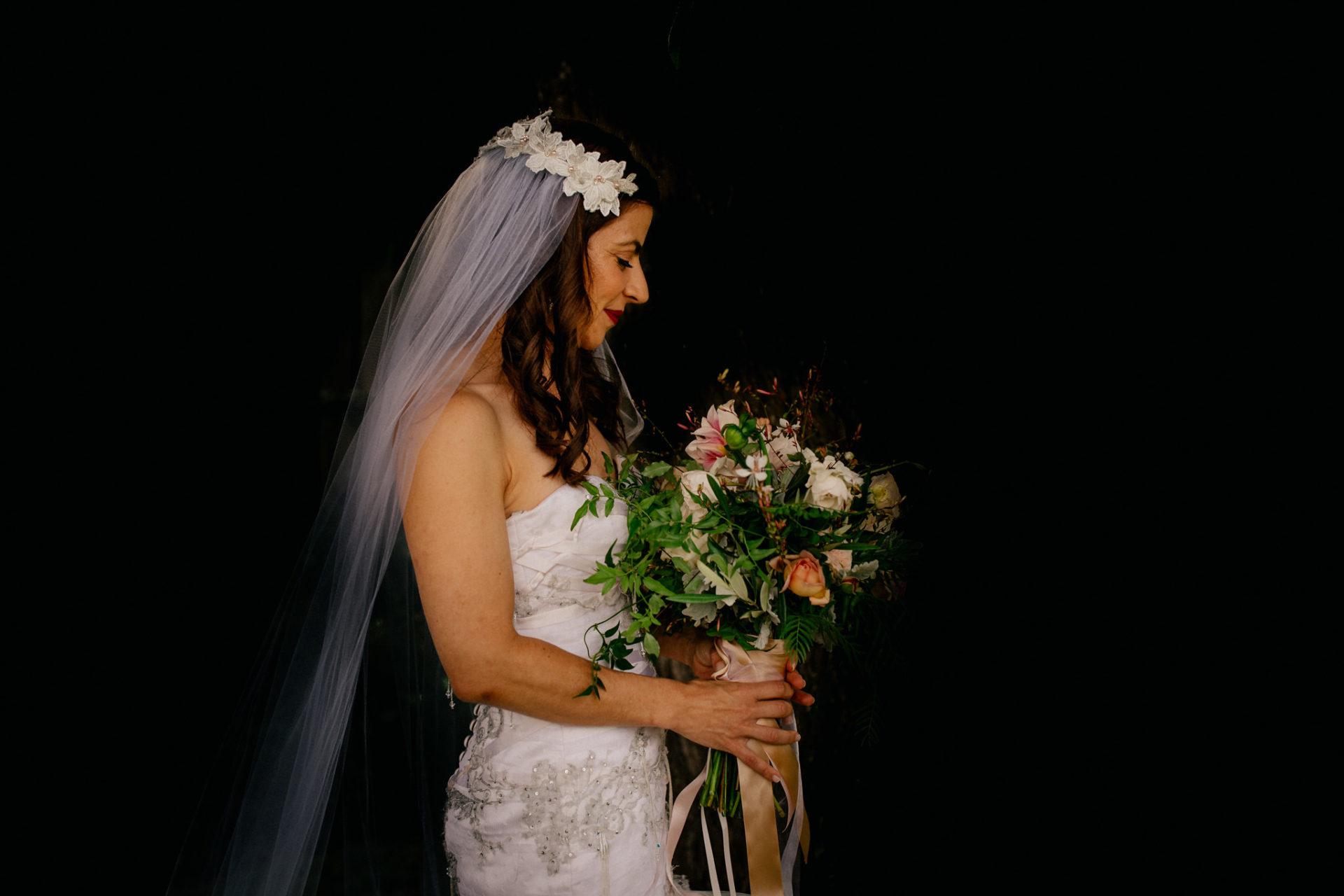 Hochzeitsfotograf Australien Melbourne-DIY Gartenhochzeit-Brautportrait am Strand-Brautstrauß