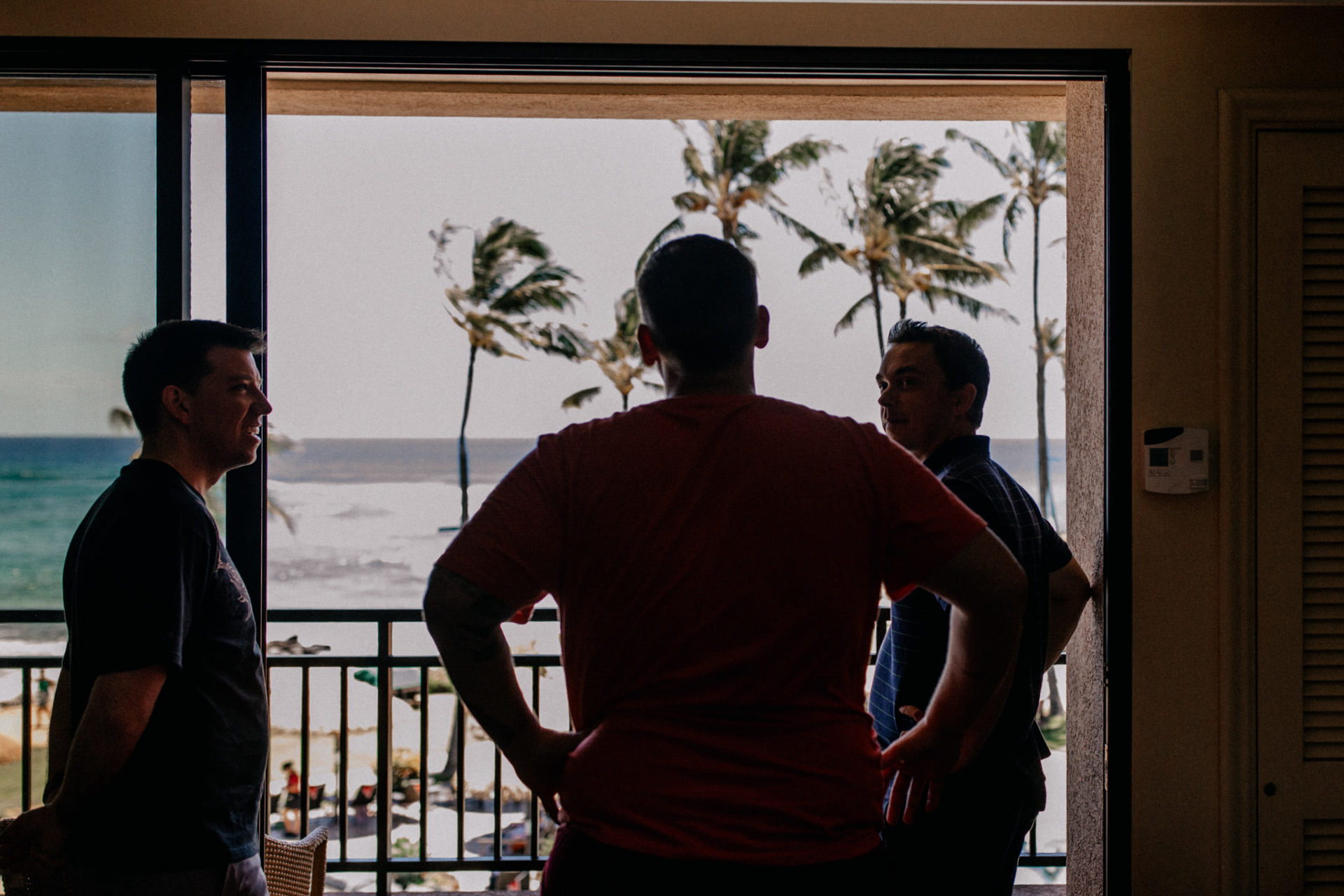 Hawaii Hochzeit-destination wedding kauai-Plantation Gardens Koloa Poipu-bräutigam getting ready