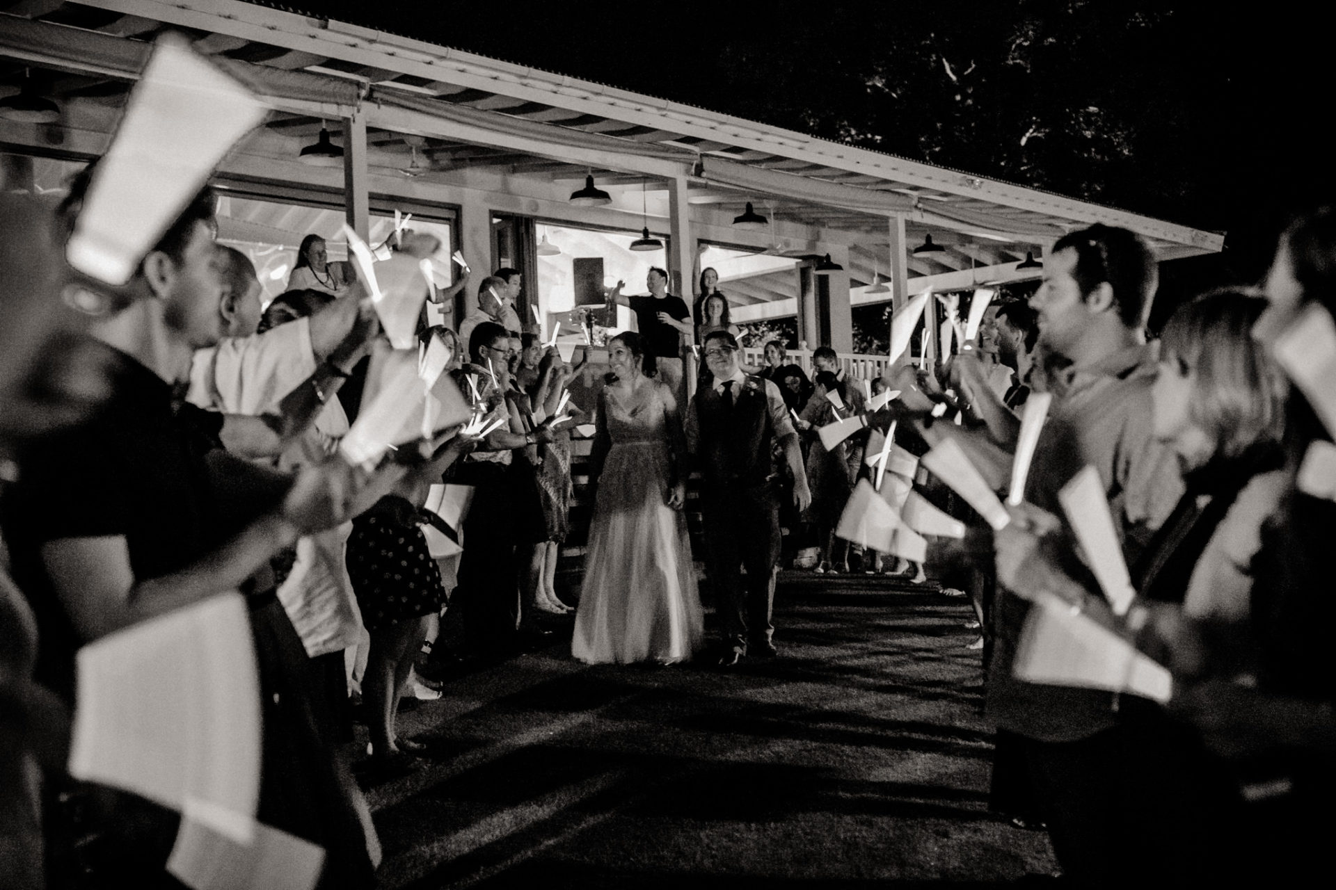 Hawaii Hochzeit-Plantation Gardens Koloa Poipu-Glow Stick Exit-Hochzeitstanz