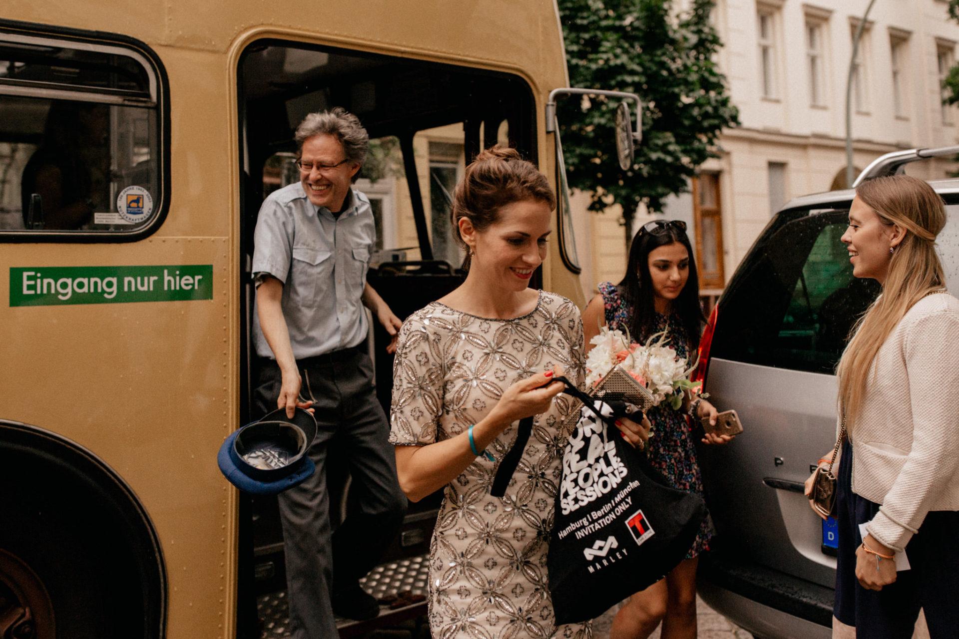dokumentarische ungestellte kreative hochzeitsfotografie-DDR tradiotionsbus oldtimer-hochzeitsfotograf berlin-katz orange party-hamburger Bahnhof Feier-eleganze exklusive berlin Hochzeit-hauptstadthochzeit-internationle deutsch amerikanische Hochzeitsgesellschaft