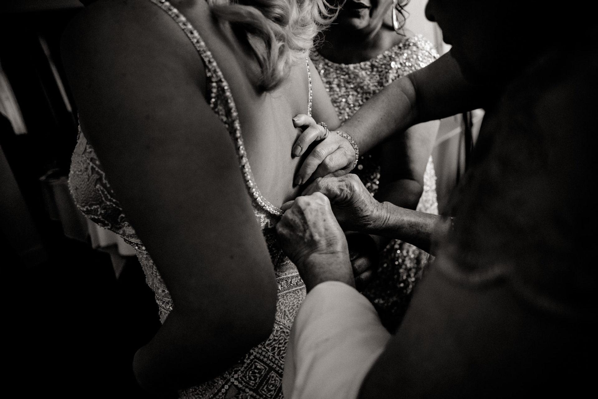 dokumentarische Hochzeitsfotografie-hochzeitsfotograf hotel am steinplatt berlin-ungestellte Portraits-glamuroese Hochzeit-dresscode-elegante braut-kubanische Hochzeit-kopflegenden Blumen Brautstrauß