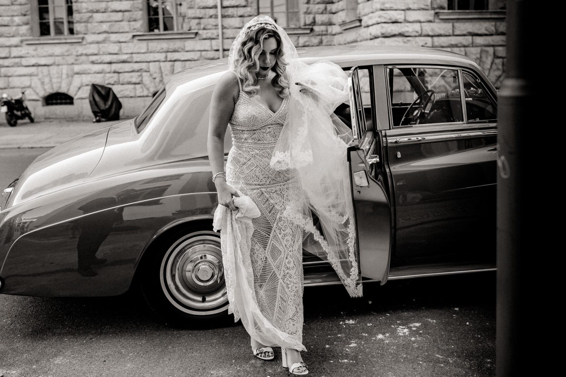 dokumentarische Hochzeitsfotografie-hochzeitsfotograf hotel am steinplatt berlin-ungestellte Portraits-glamuroese Hochzeit-dresscode-elegante braut-kubanische Hochzeit-kopflegenden blumen-heiraten parochialkirche