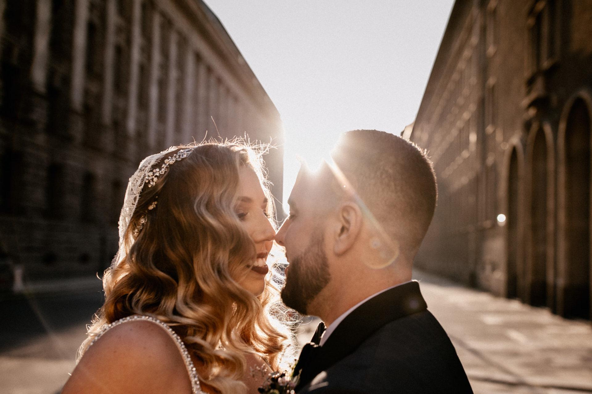 dokumentarische Hochzeitsfotografie-hochzeitsfotograf hotel am steinplatt berlin-ungestellte Portraits-glamuroese Hochzeit-dresscode-elegante braut-kubanische Hochzeit-kopflegenden blusen-heiraten parochialkirche alexanderturm