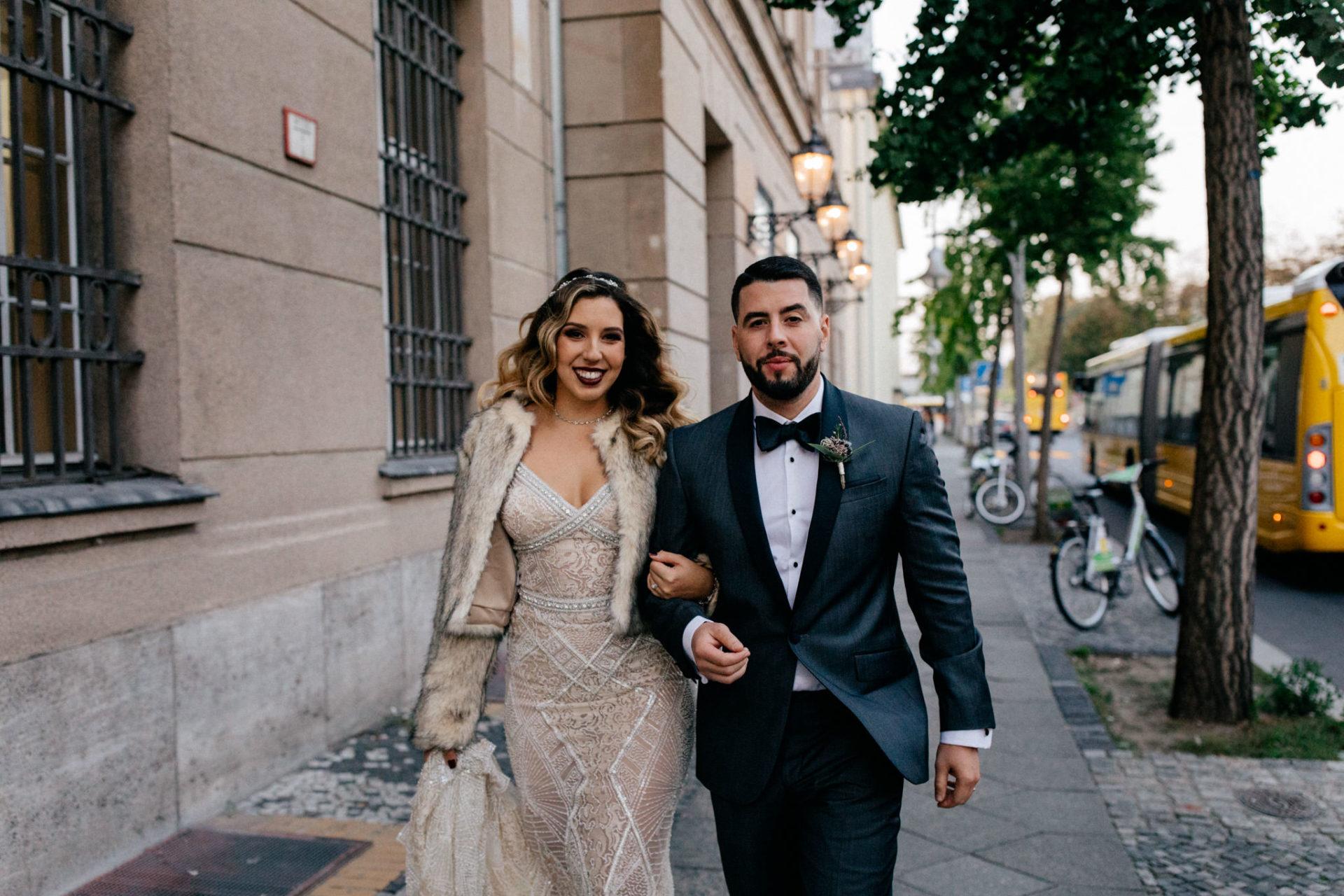 dokumentarische Hochzeitsfotografie-hochzeitsfotograf hotel am steinplatt berlin-ungestellte Portraits-glamuroese Hochzeit-dresscode-elegante braut-kubanische Hochzeit-kopflegenden blumen