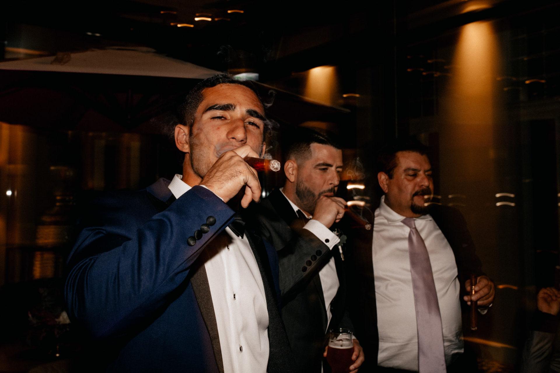 dokumentarische Hochzeitsfotografie-hochzeitsfotograf hotel am steinplatt berlin-ungestellte Portraits-glamuroese Hochzeit-dresscode-elegante braut-kubanische Hochzeit