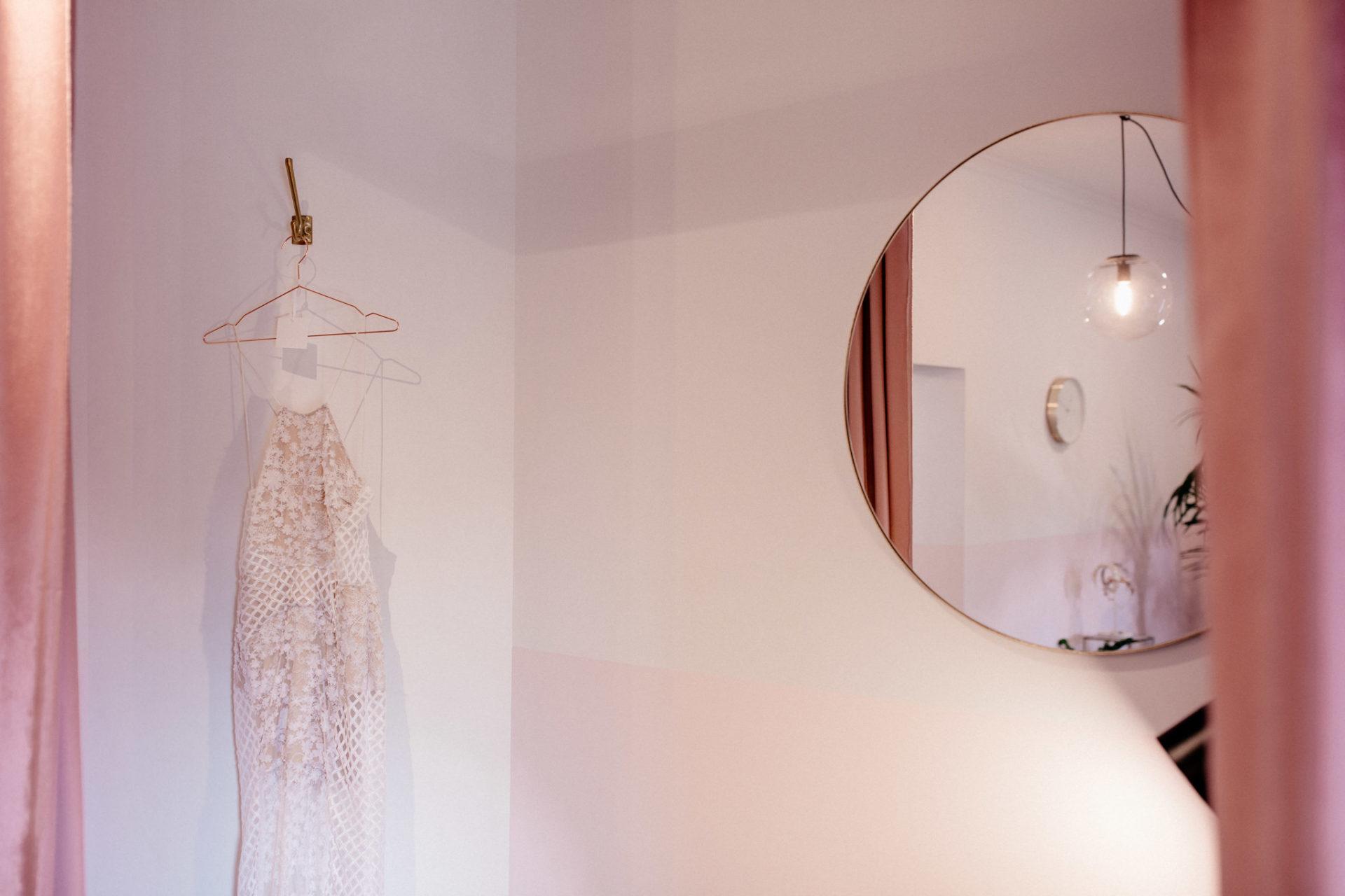 kreative-brautmode-australien-couture-georgia-young-studio-umkleidekabine-brautkleid-aussuchen