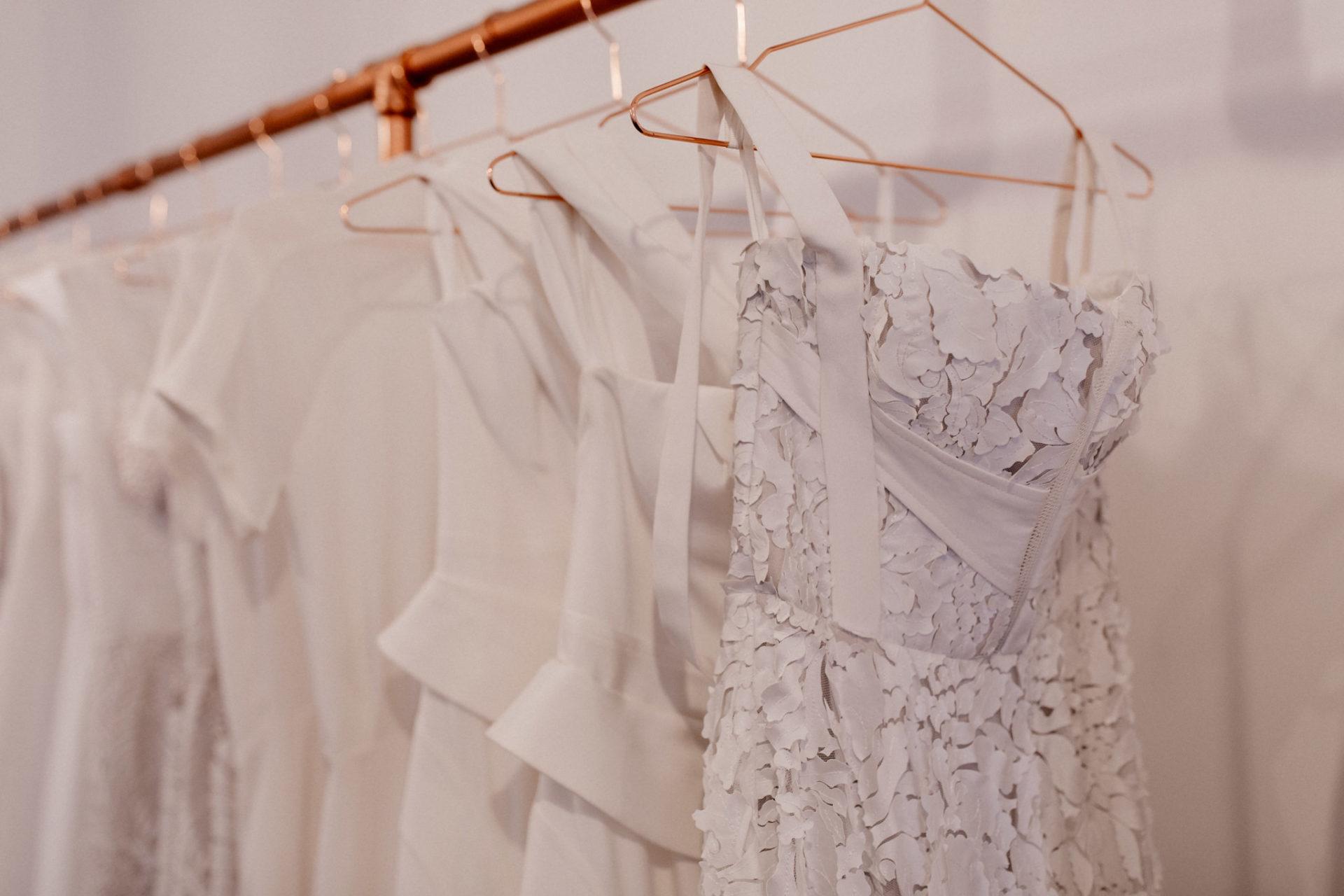 kreative-brautmode-australien-couture-georgia-young-studio-umkleidekabine-brautkleid-aussuchen-auswahl