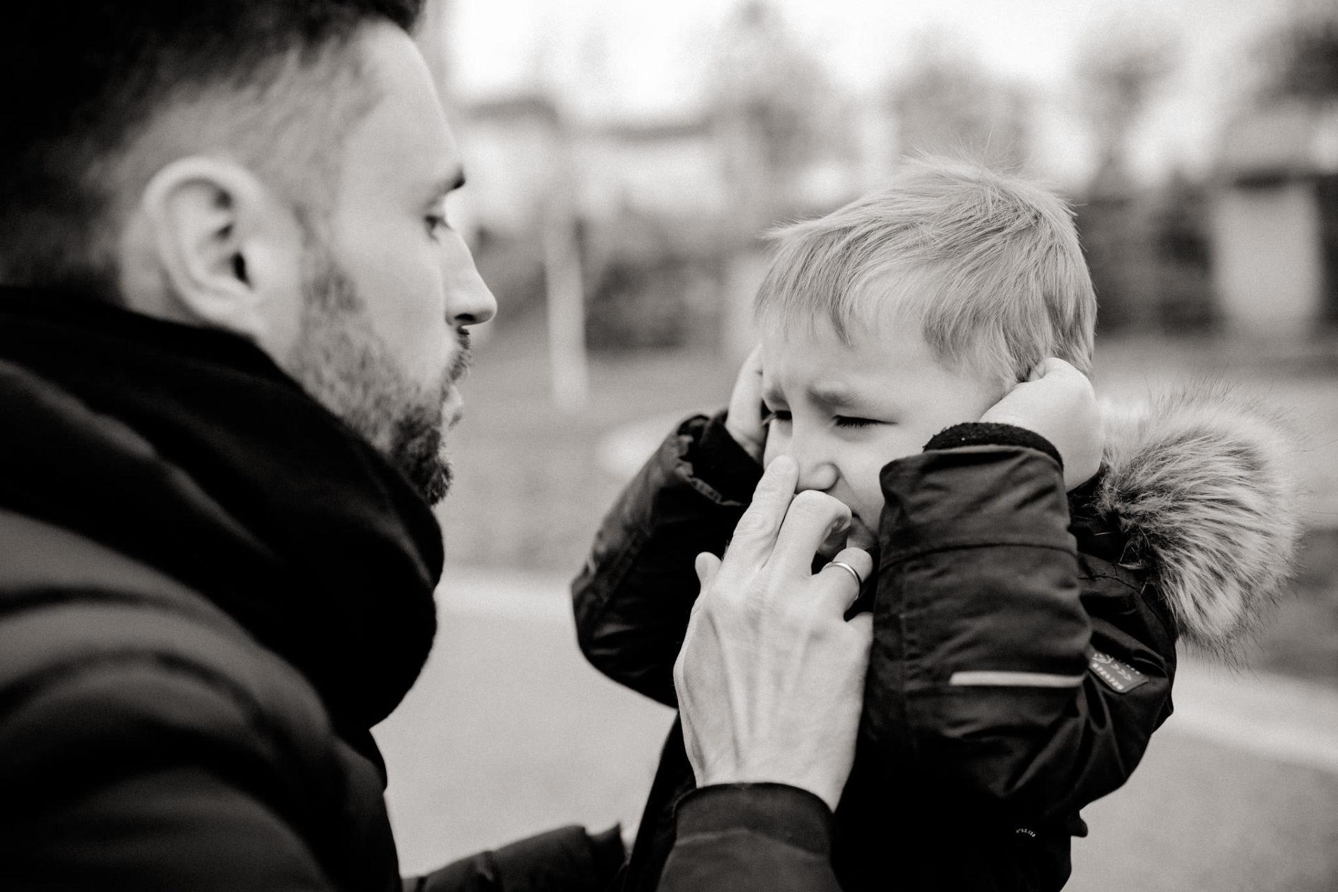 familienfotografie-mainz-journalistische-kinderbilder-familienspaziergang-spielen-papa-troestet-sohn