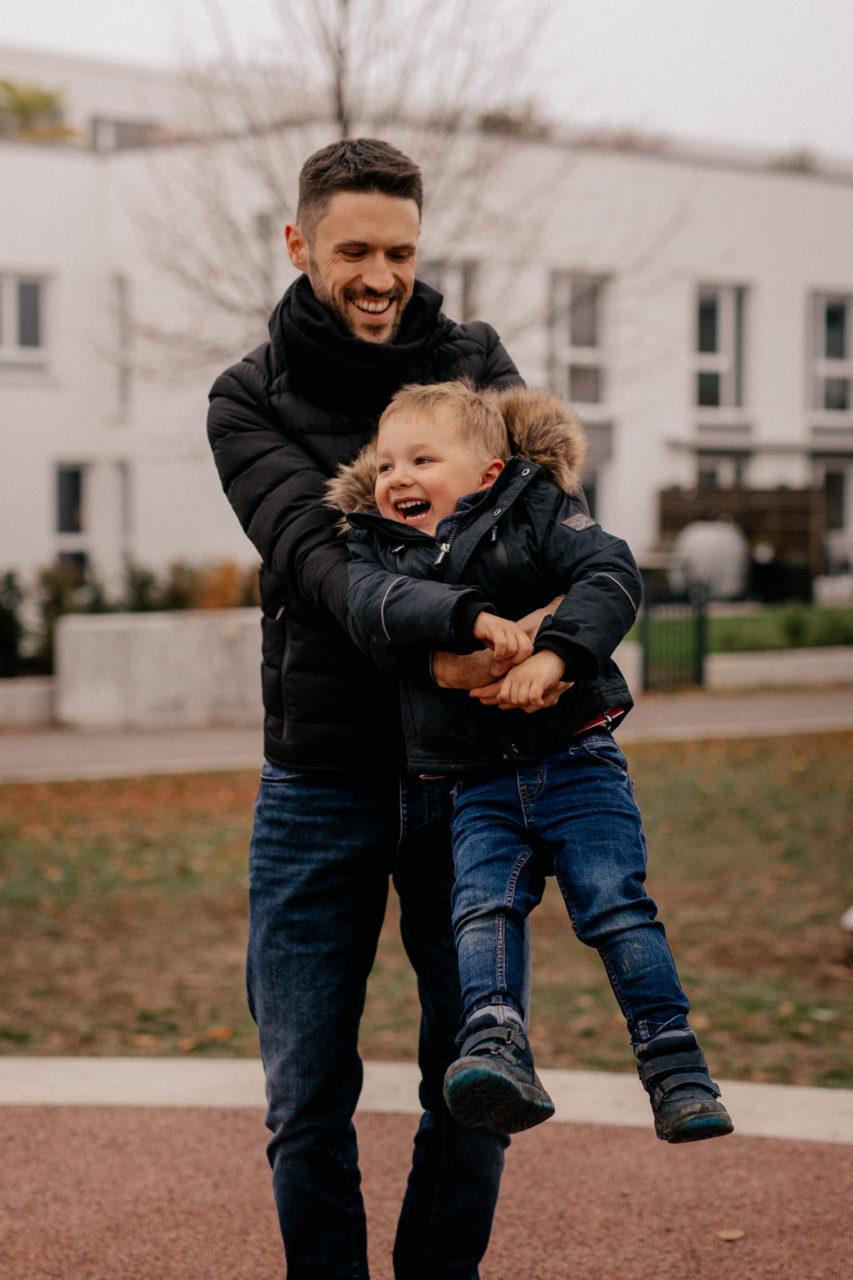 familienfotografie-mainz-journalistische-kinderbilder-familienspaziergang-papa-und-sohn-spielen
