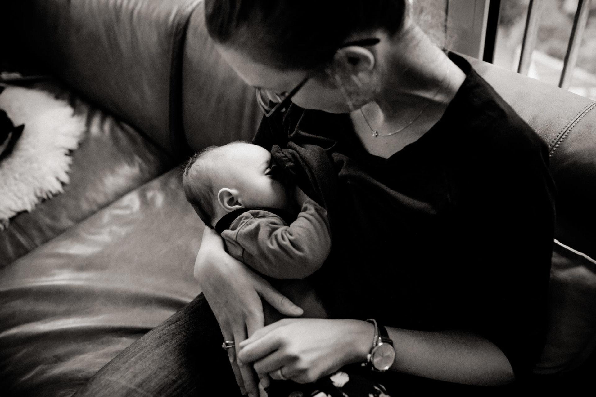 familienfotografie-mainz-journalistische-kinderbilder-mama-stillt-neugeborenes