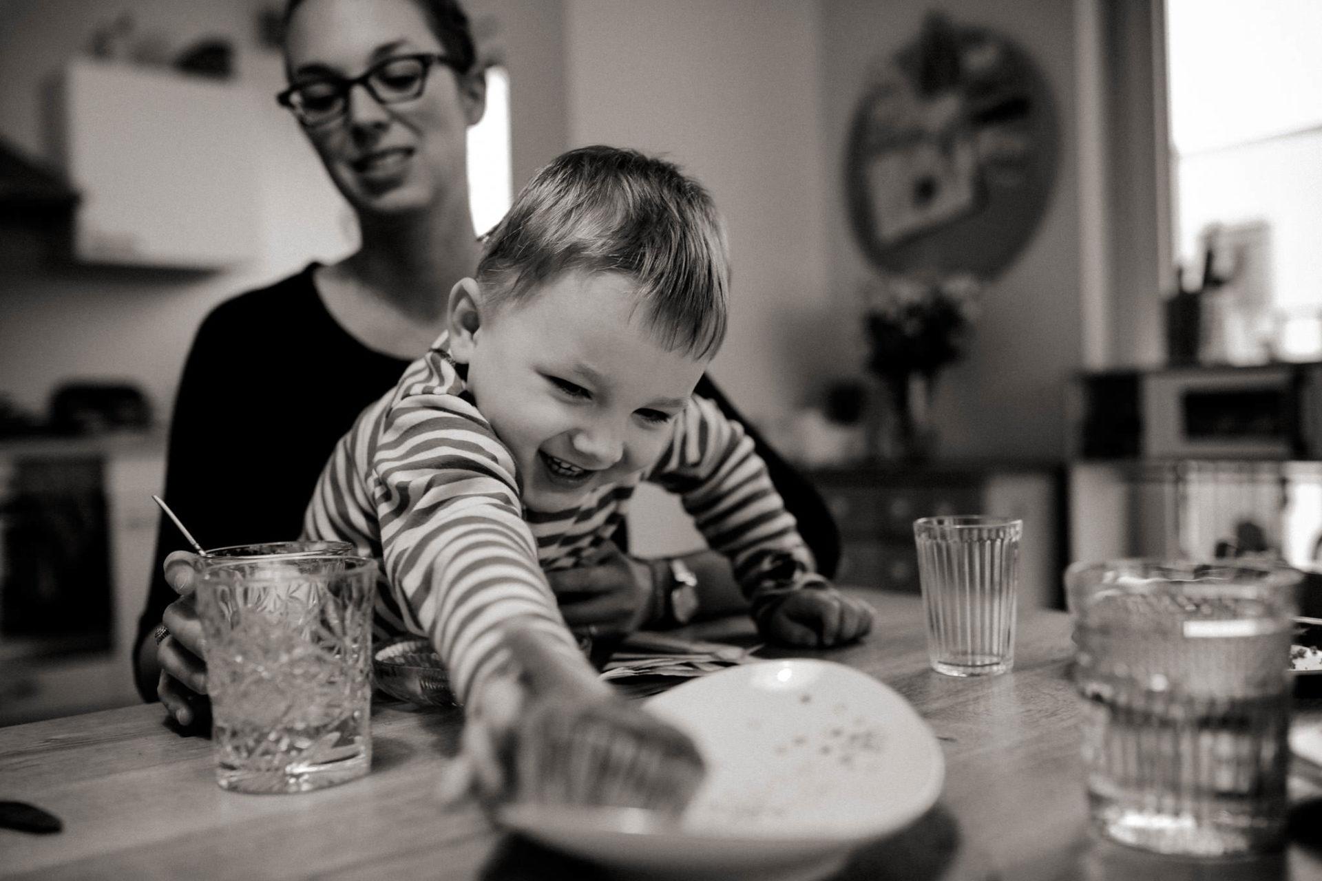 familienfotografie-mainz-journalistische-kinderbilder-mama-und-dreijaehriger-sohn-muffins-nachmittag
