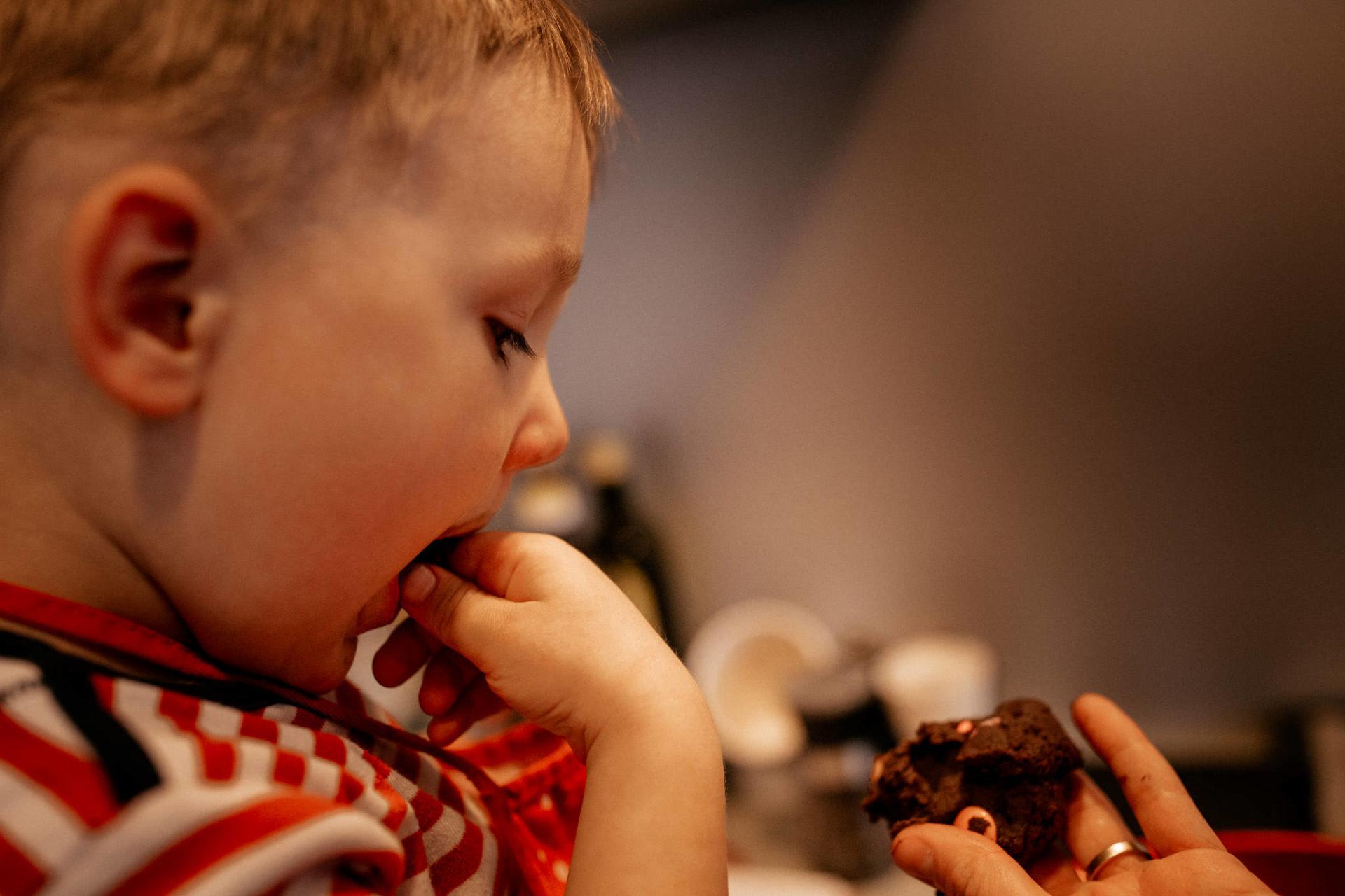 familienfotografie-mainz-journalistische-kinderbilder-dreijaehriger-backt-plätzchen-smarties-cookies