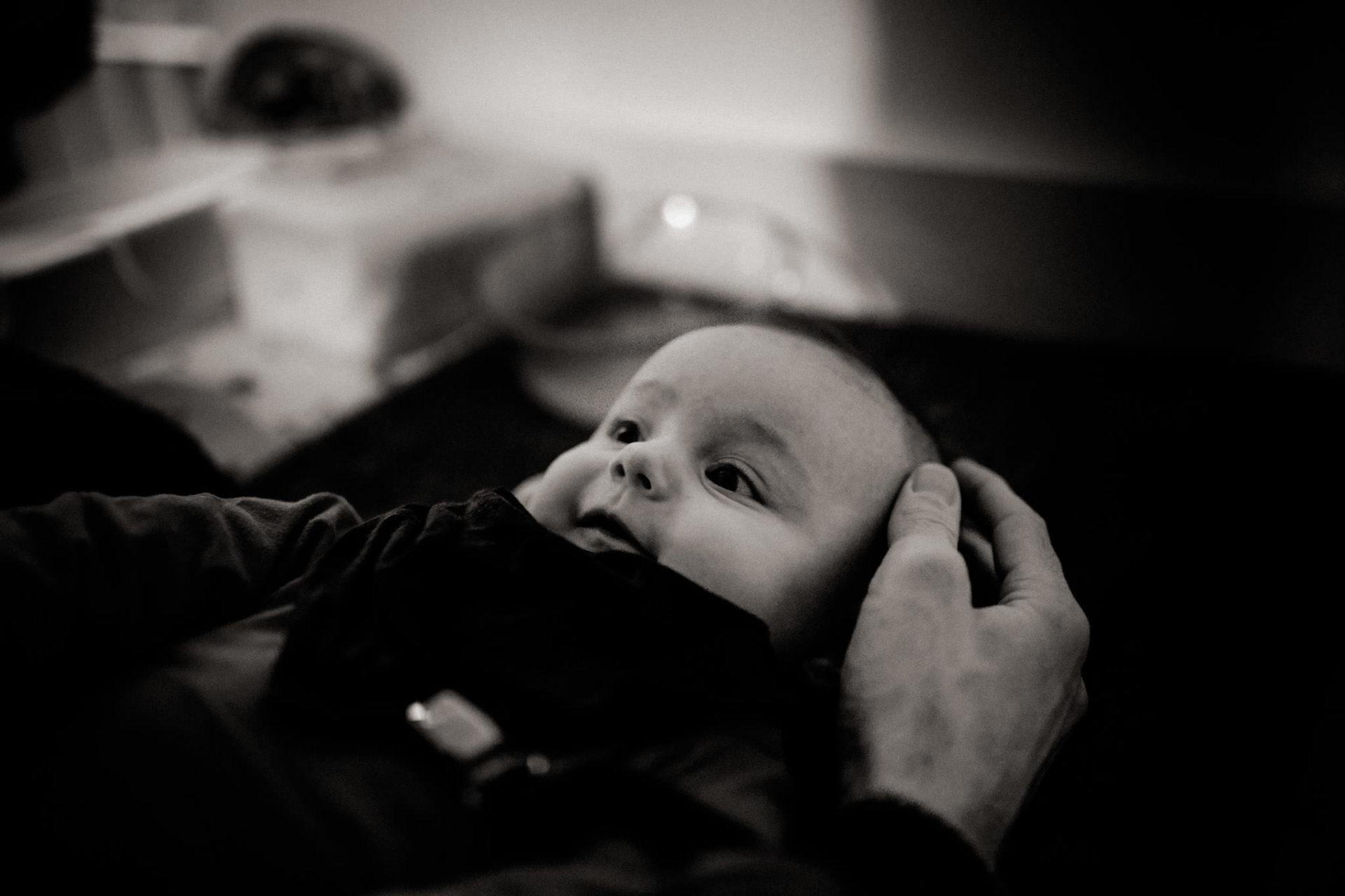 familienfotografie-mainz-journalistische-kinderbilder-papa-wickelt-baby-tochter
