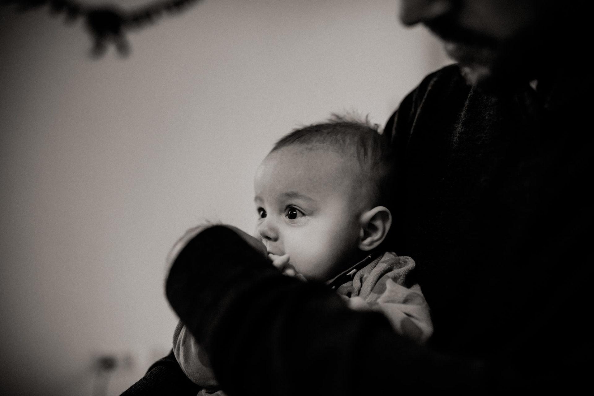 familienfotografie-mainz-journalistische-kinderbilder-papa-baby-tochter-schnuller-schwarzweiss