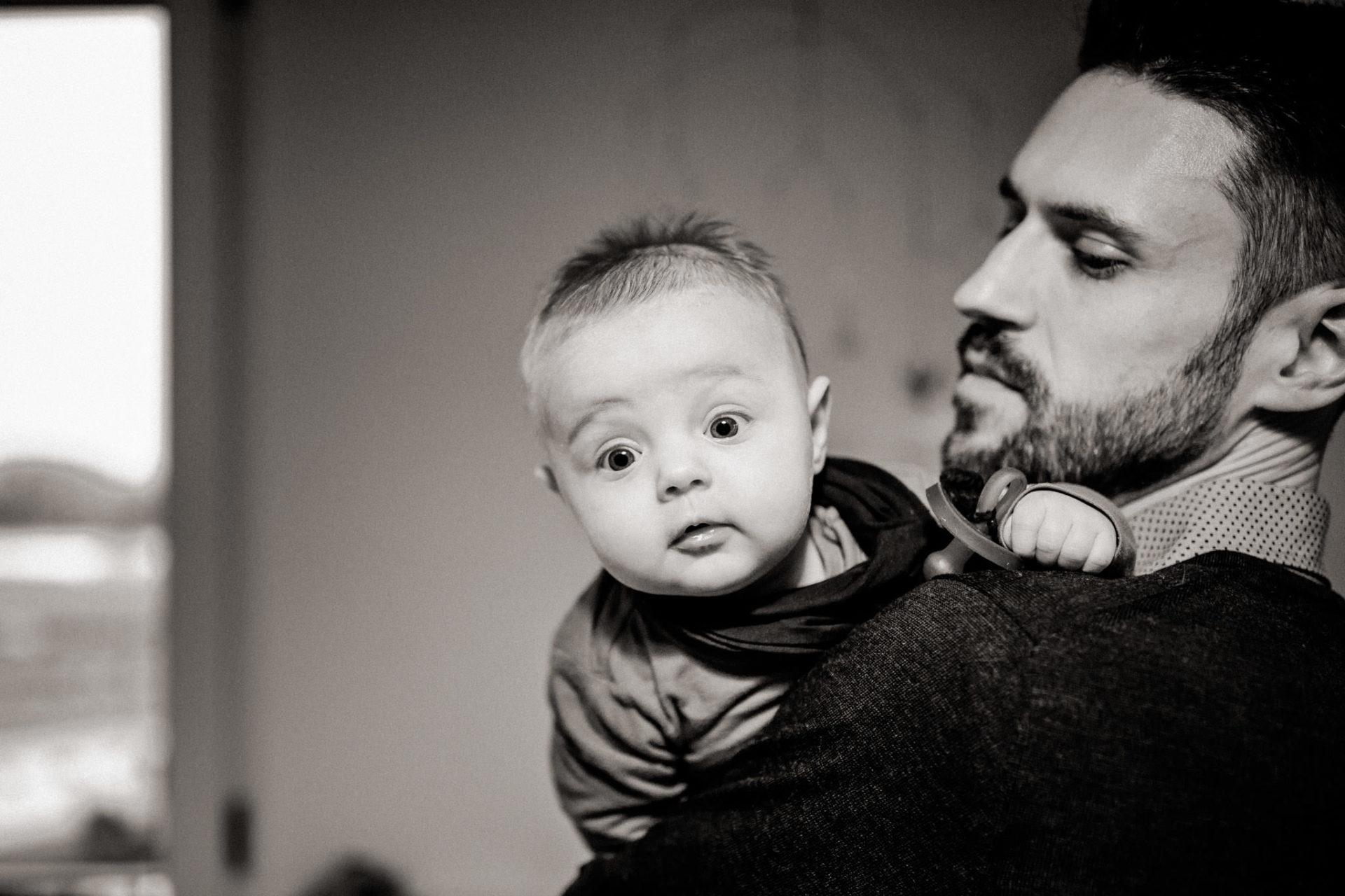 familienfotografie-mainz-journalistische-kinderbilder-papa-und-baby-tochter