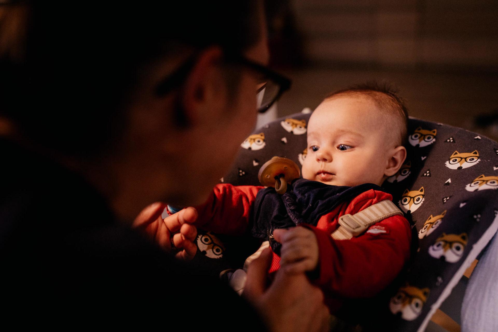 familienfotografie-mainz-journalistische-mama-und-baby-tochter-kuscheln-Hochstuhl