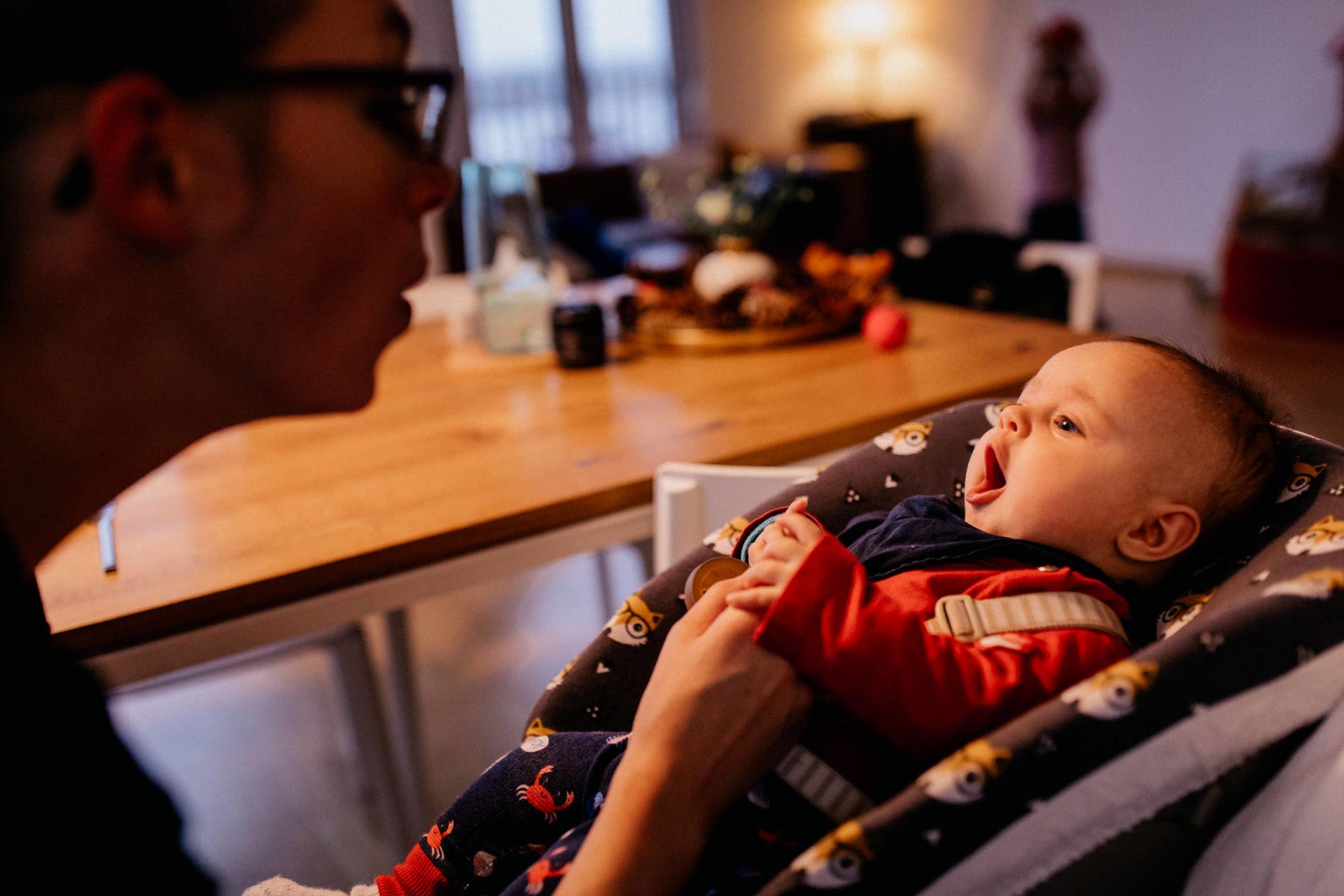 familienfotografie-mainz-journalistische-kinderbilder-mama-und-baby-tochter
