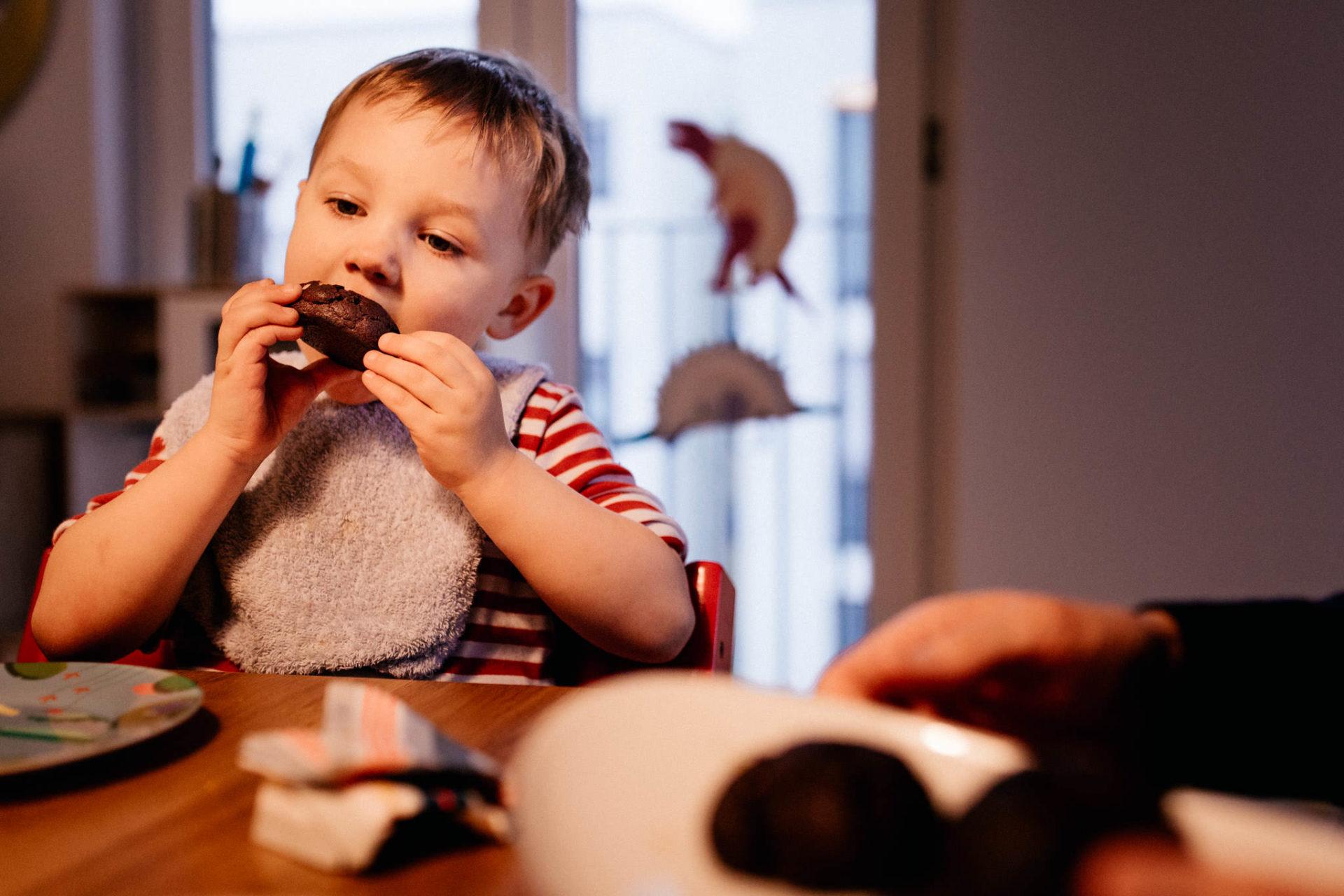 familienfotografie-mainz-journalistische-kinderbilder-dreijaehriger-isst-cookie