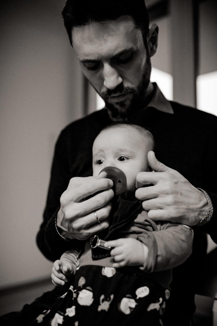 familienfotografie-mainz-Schwarzweiß-Foto-Vater-und-neugeborene-Tochter