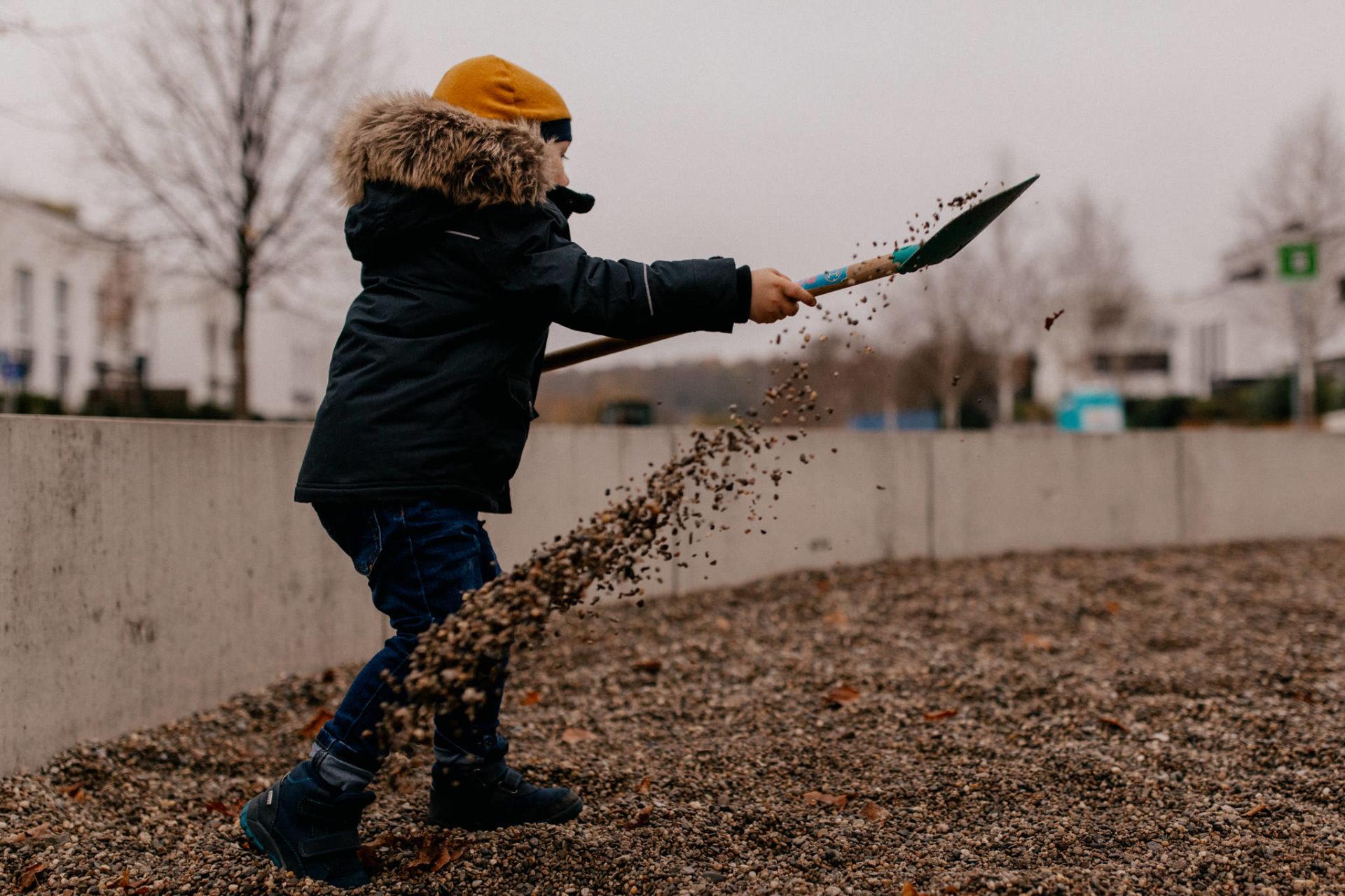 familienfotografie-mainz-journalistische-kinderbilder-familienspaziergang-spielen-sandkasten-schaufel