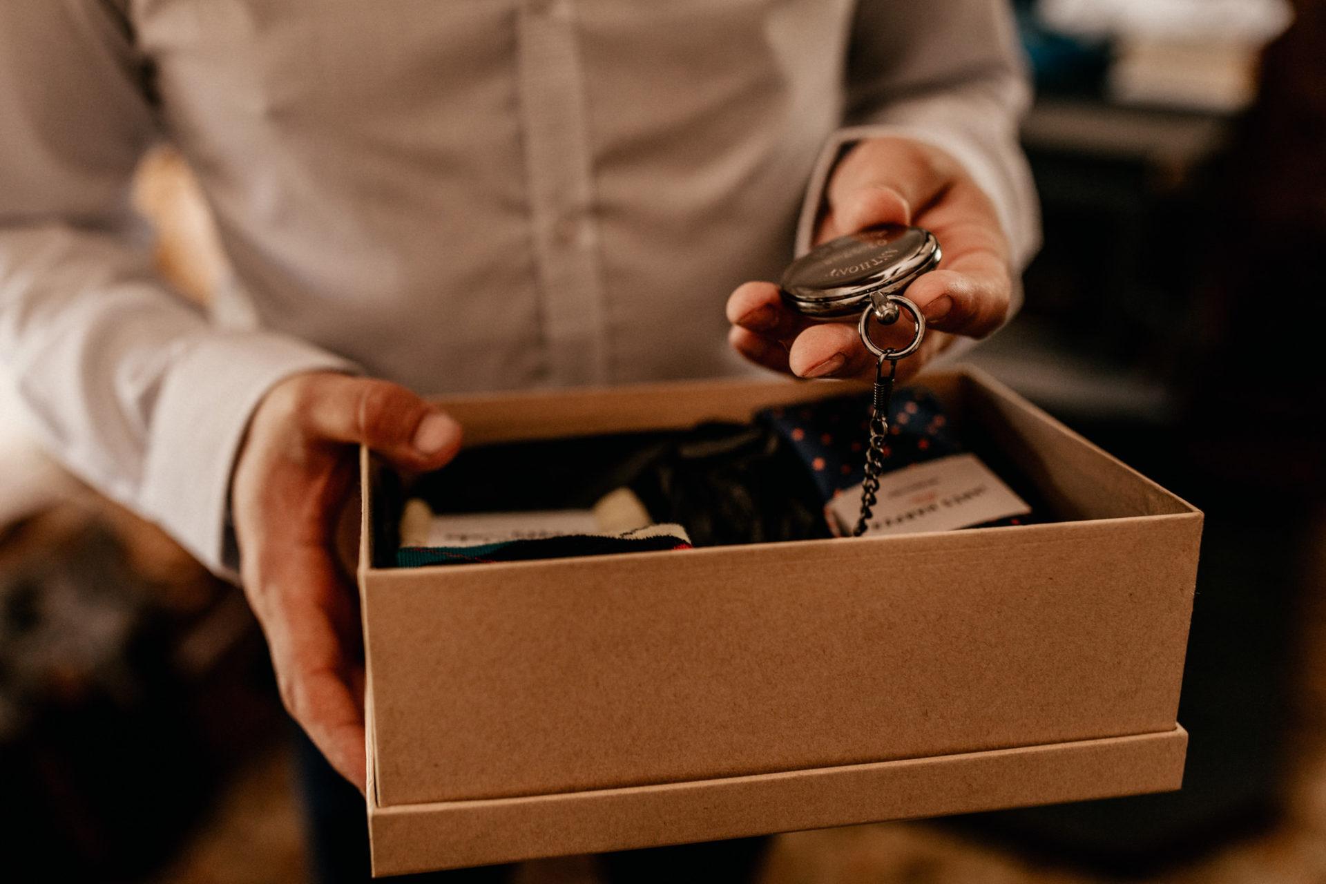 Campinghochzeit-australien-Mooropna Wedding Photographer-Brautigam Trauzeuge-getting ready-taschenuhr-hochzeitsgeschenk