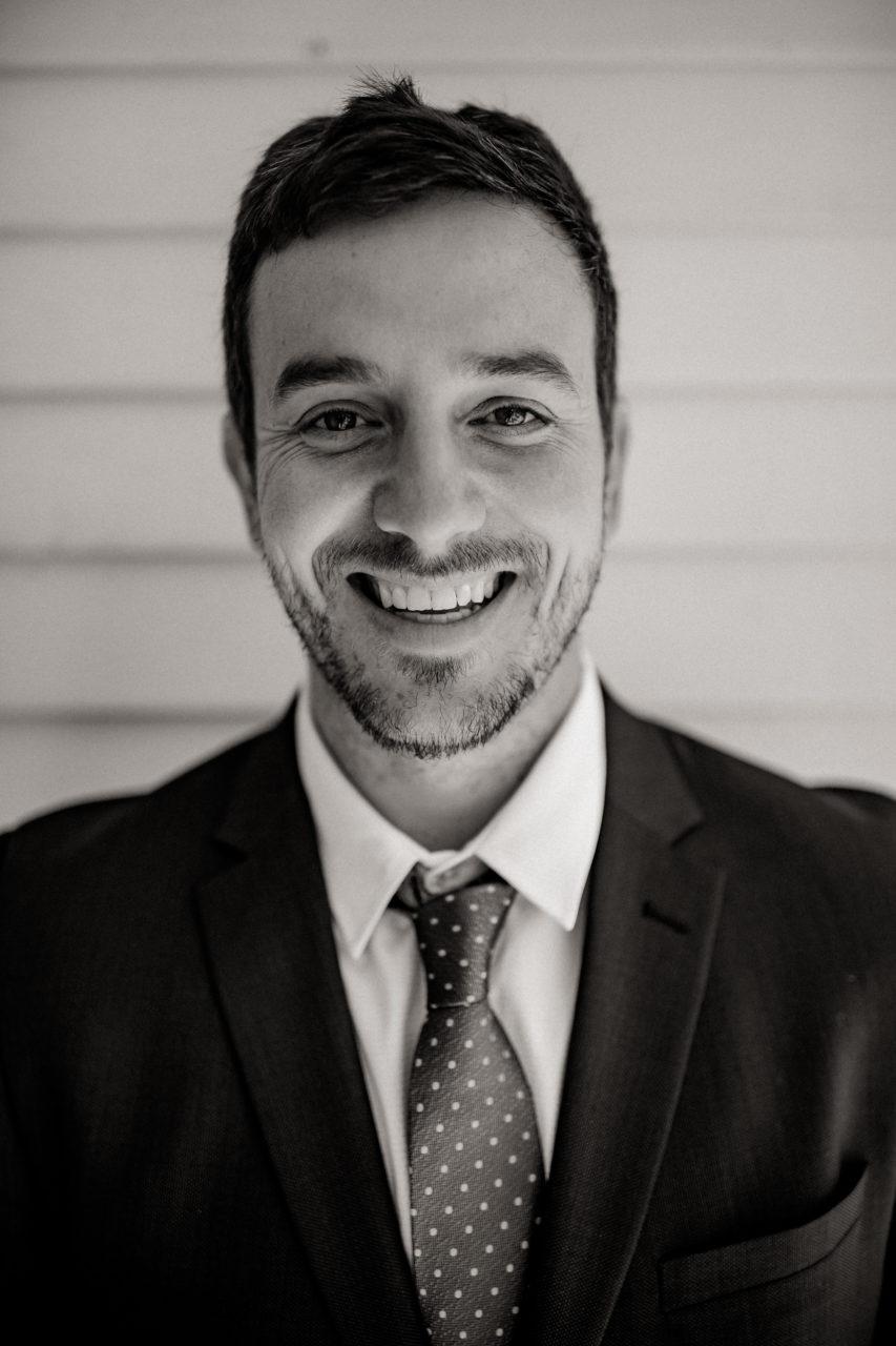 Campinghochzeit-australien-Mooropna Wedding Photographer-Trauzeugen Portraits-Hochzeitsanzug-Krawatte gepunktet