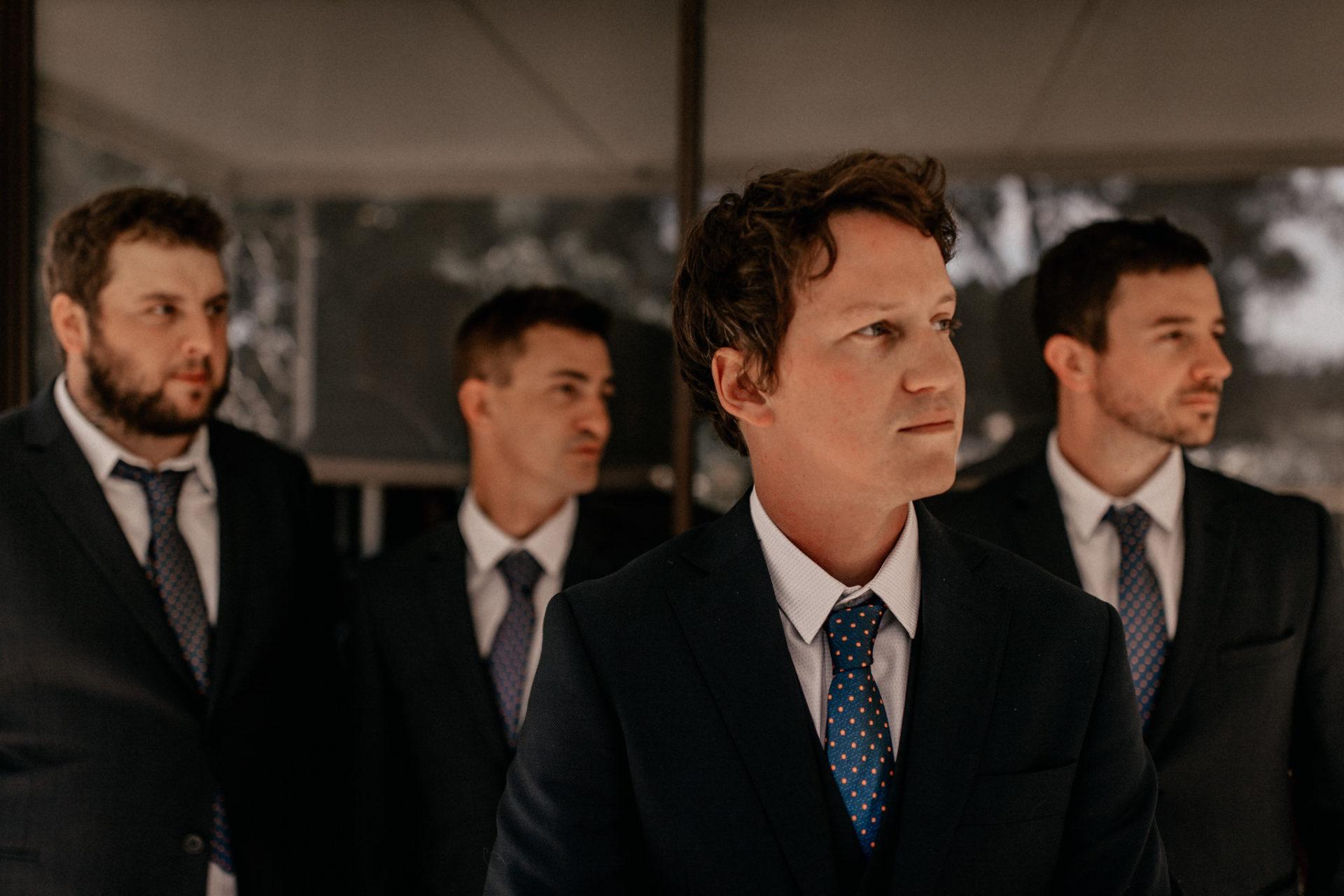 Campinghochzeit-australien-Mooropna Wedding Photographer-Brautigam Trauzeugen Portraits-Hochzeitsanzug-Krawatte gepunktet