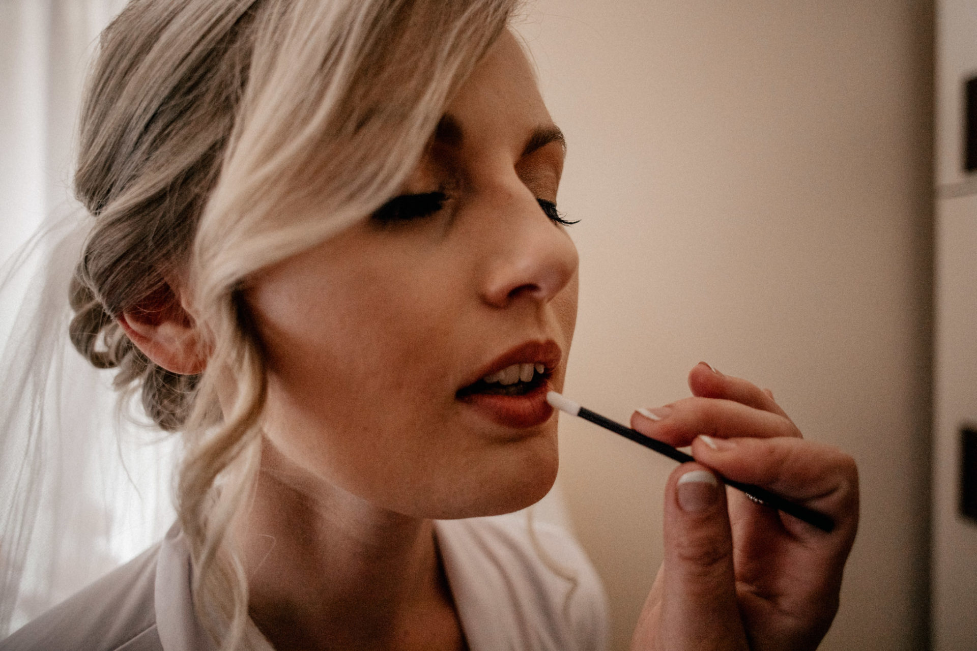 Campinghochzeit-australien-Mooropna Wedding Photographer-Braut Getting Ready-bridal make-up-lippenstift