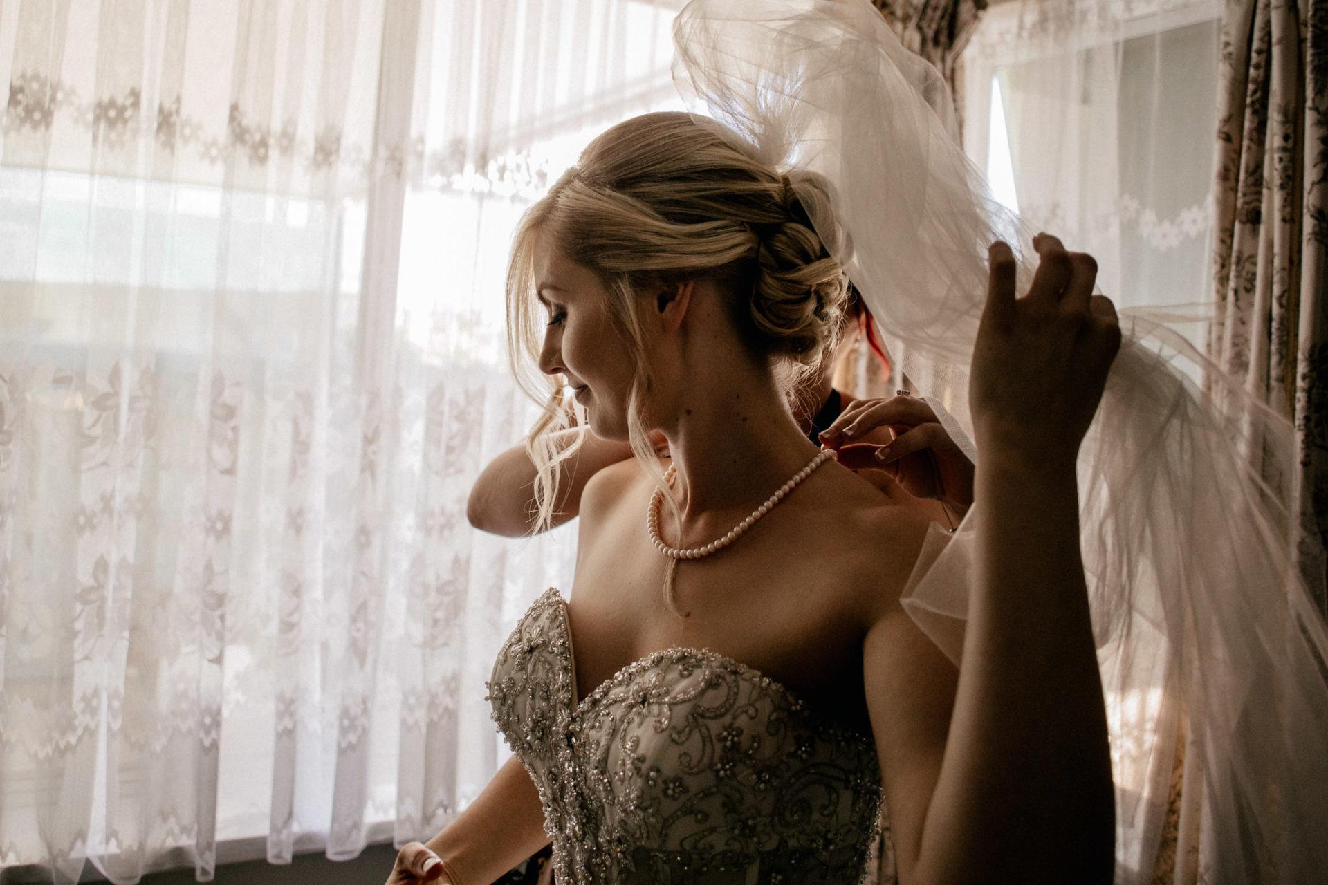 Campinghochzeit-australien-Mooropna Wedding Photographer-Braut Getting Ready-brautkleid-mit-taschen-schleier