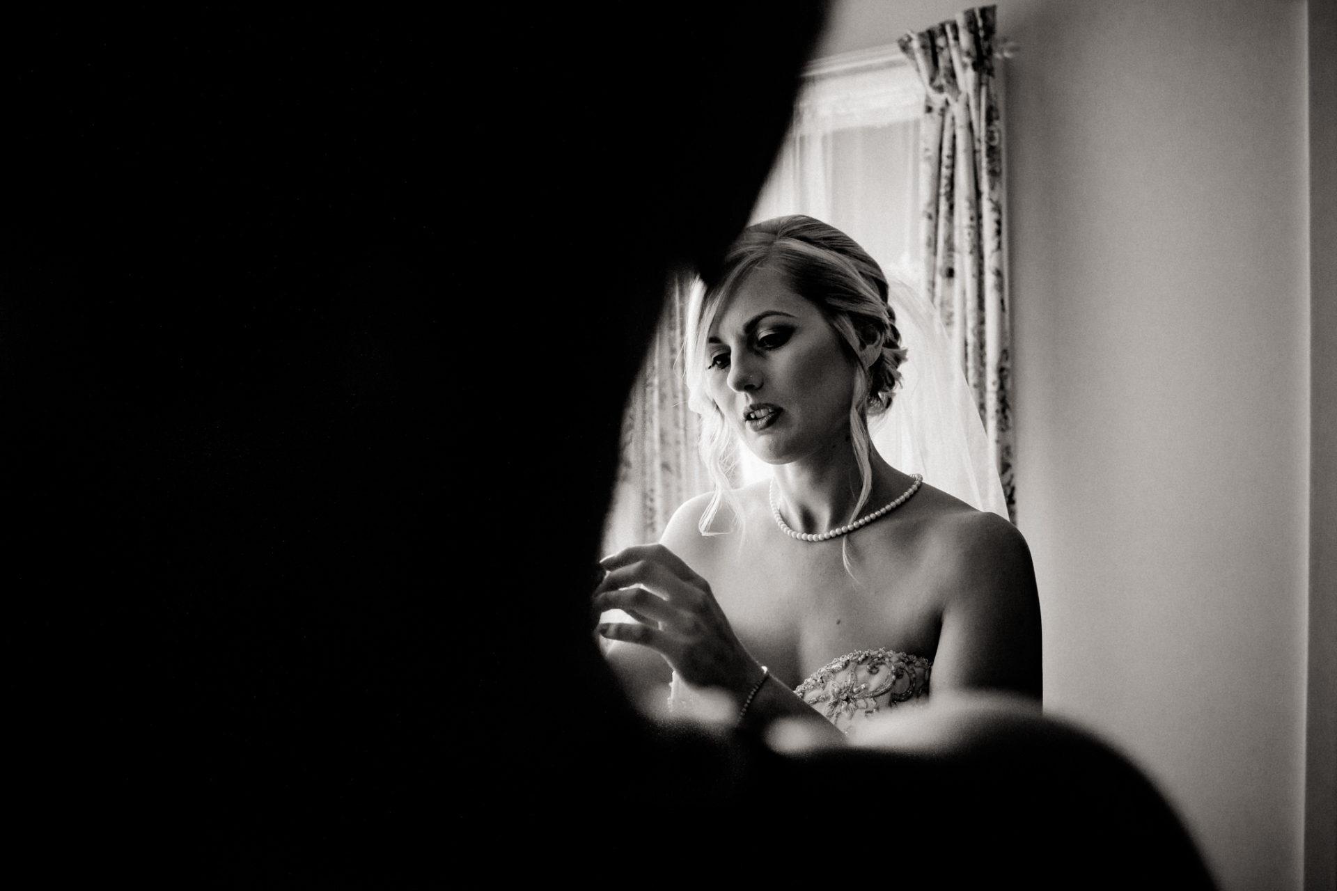 Campinghochzeit-australien-Mooropna Wedding Photographer-Braut Getting Ready-brautkleid-mit-taschen-anziehen