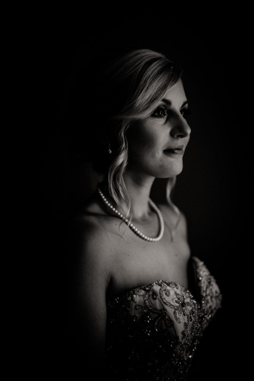 Campinghochzeit-australien-Mooropna Wedding Photographer-Braut Getting Ready-brautkleid-mit-taschen-portrait