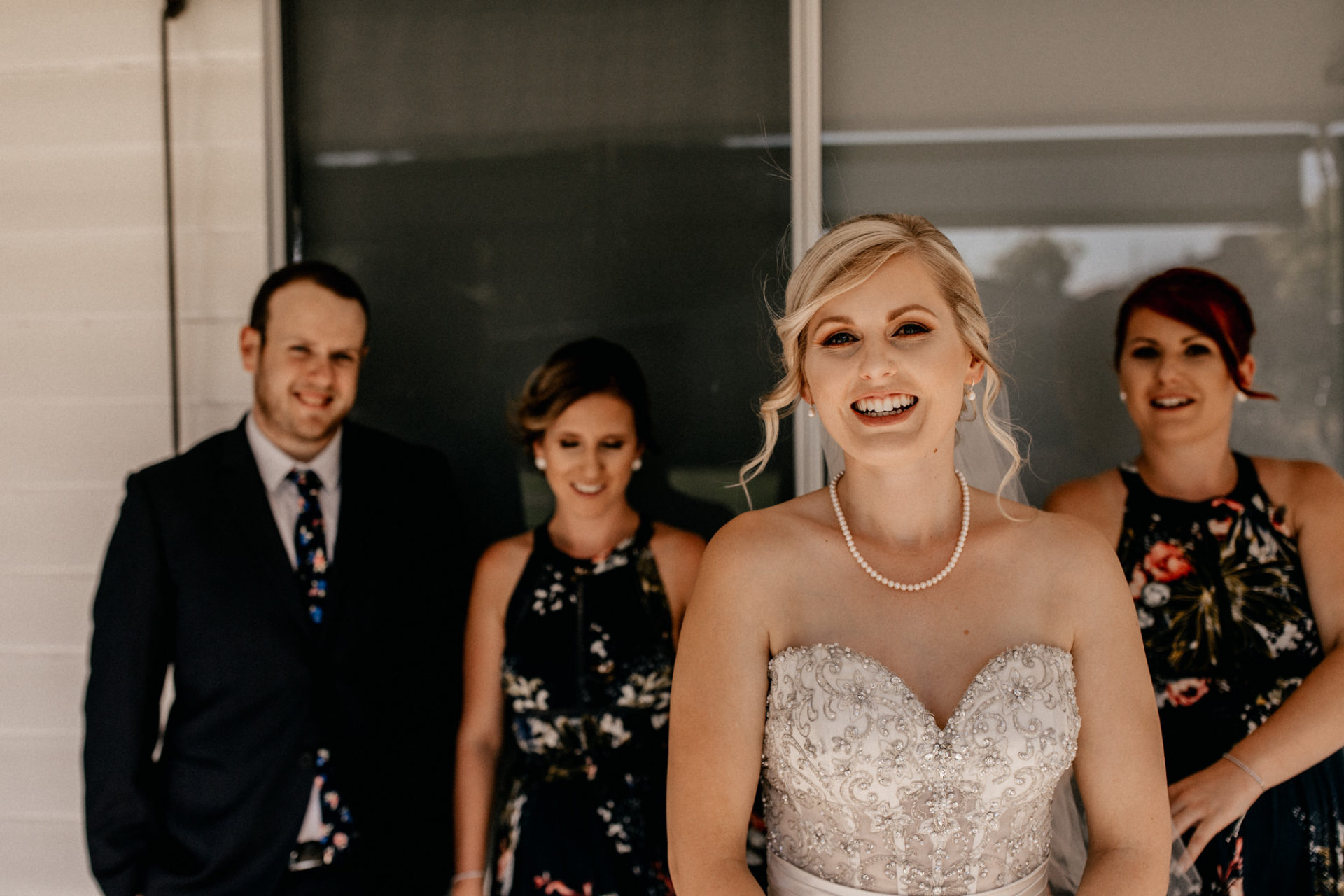 Campinghochzeit-australien-Mooropna Wedding Photographer-Braut und Trauzeuginnen-Bridal Party Portrait-ungestellt